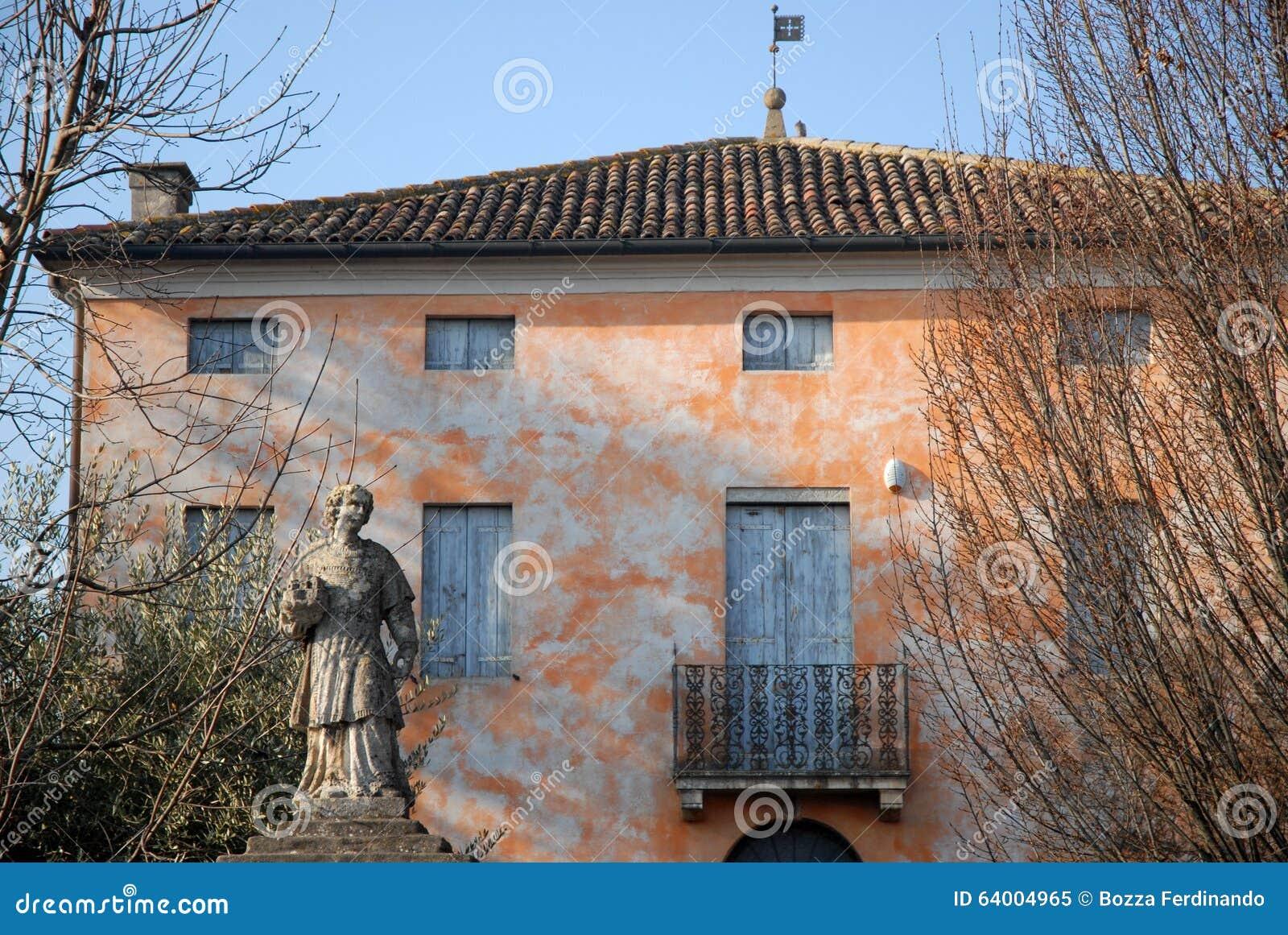 Maison Simple Et Belle Qui Est Situee A Cote De L Eglise De