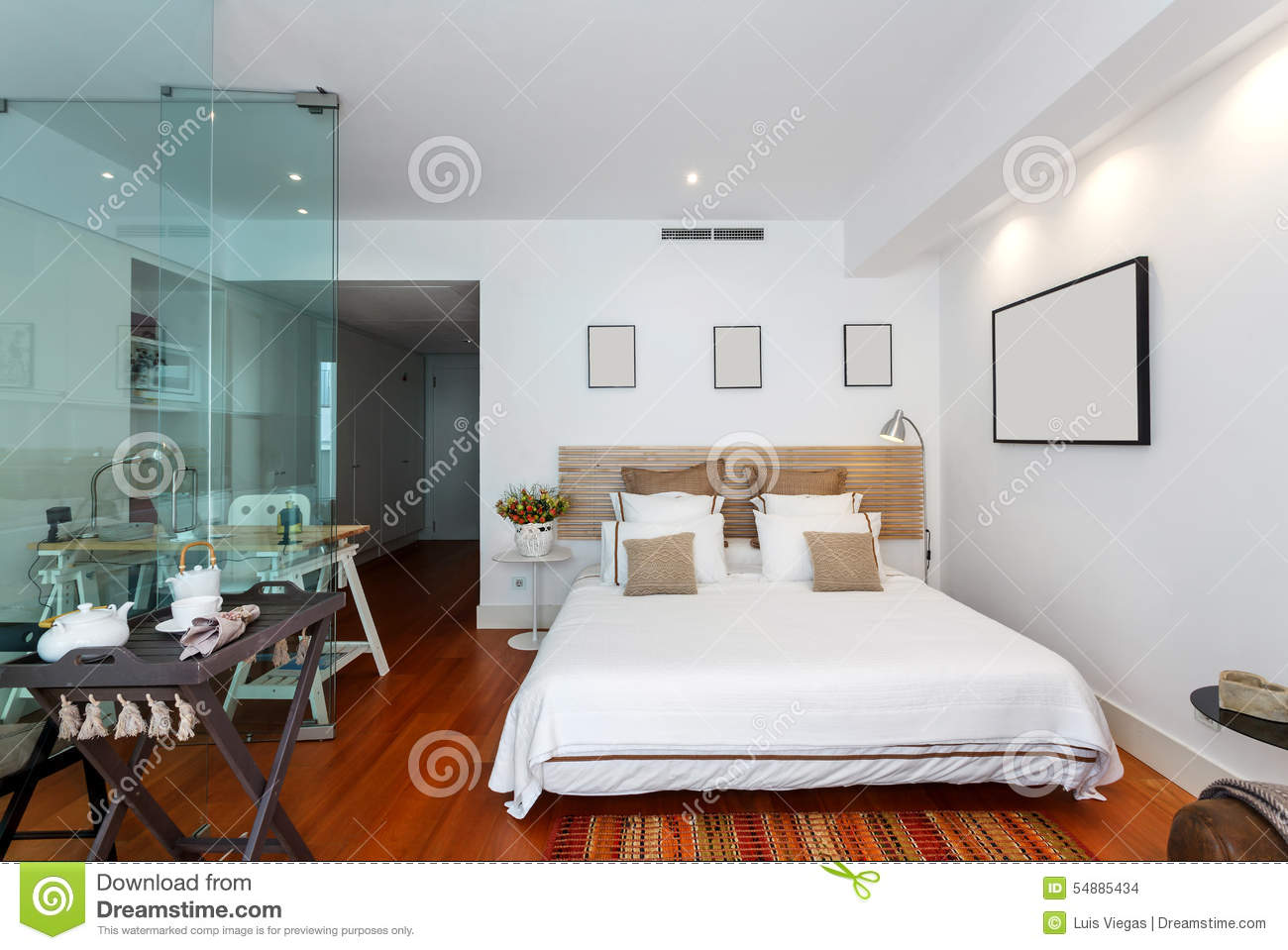 maison simple moderne de chambre coucher photo stock image 54885434. Black Bedroom Furniture Sets. Home Design Ideas
