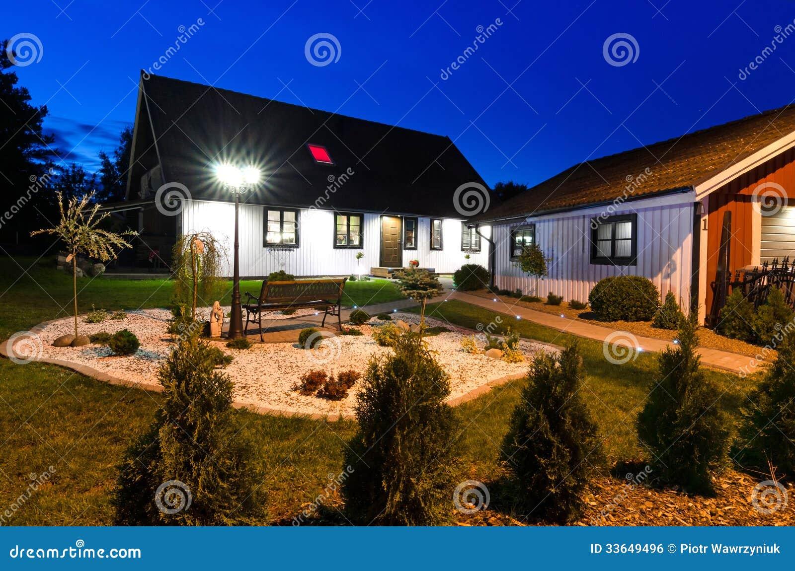 Maison su doise de villa avec le jardin moderne la nuit for Villa moderne avec jardin