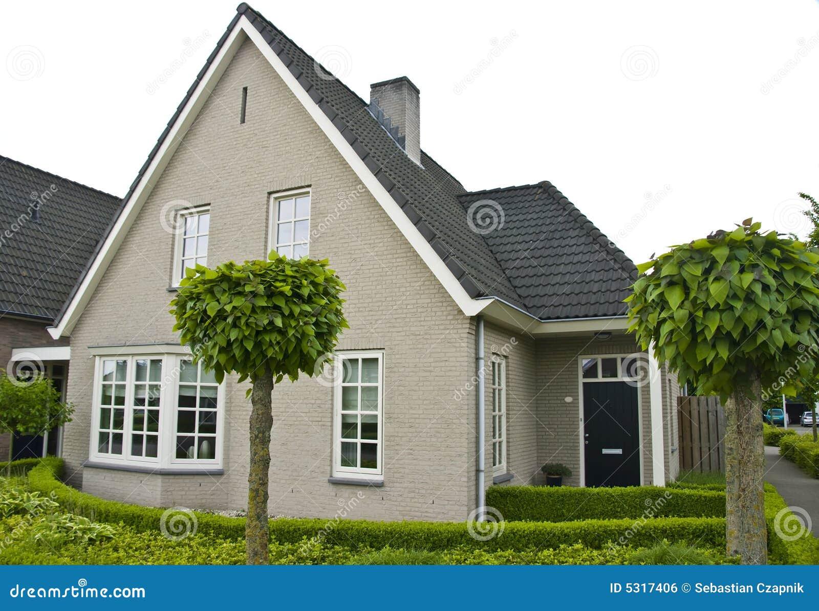 Maison suburbaine moderne photo stock. Image du ...