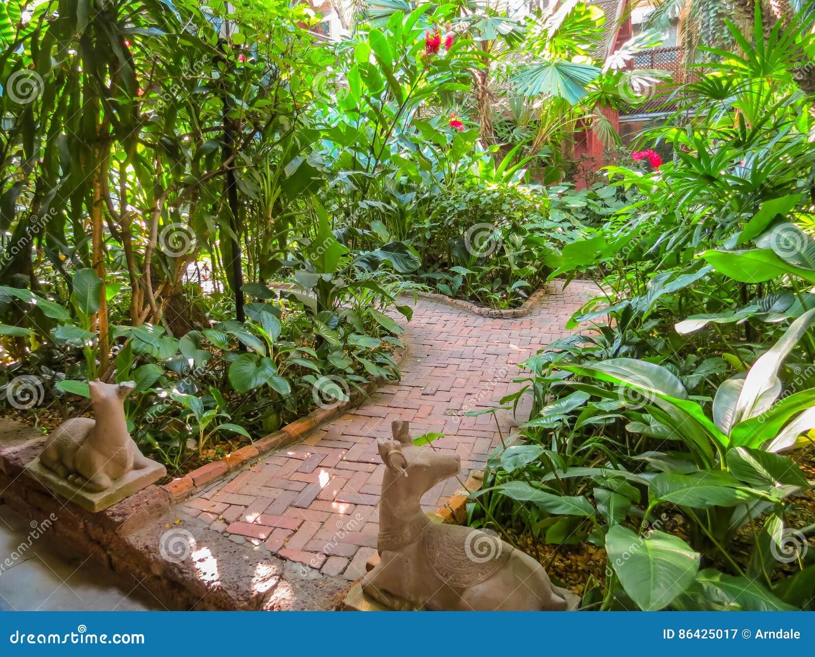 Maison Thailandaise Et Jardin Tropical Image Stock Image Du Foret