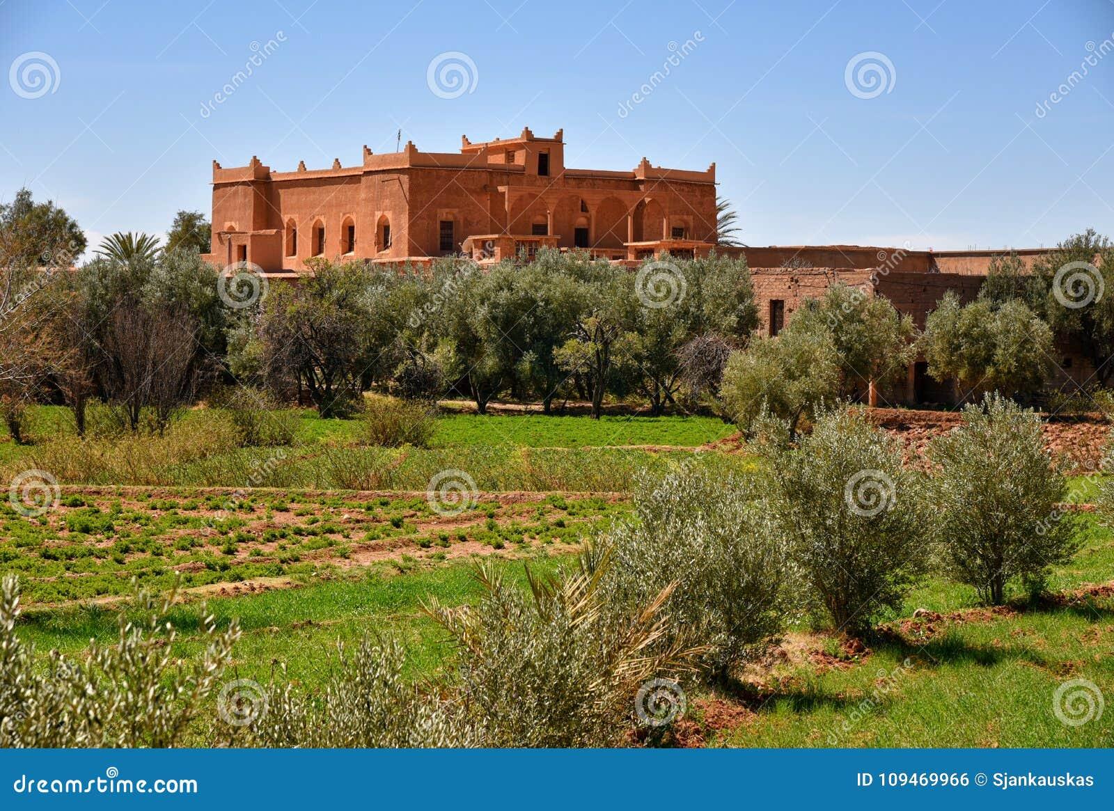 maison traditionnelle dans le paysage de campagne du maroc photo stock image du marocain. Black Bedroom Furniture Sets. Home Design Ideas