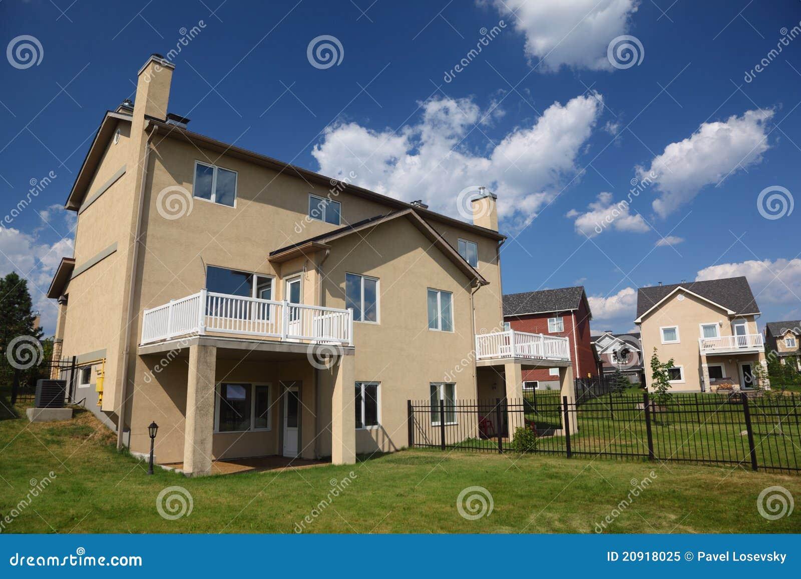 Maison Trois Racont E Neuve Avec Le Balcon Photo Libre De