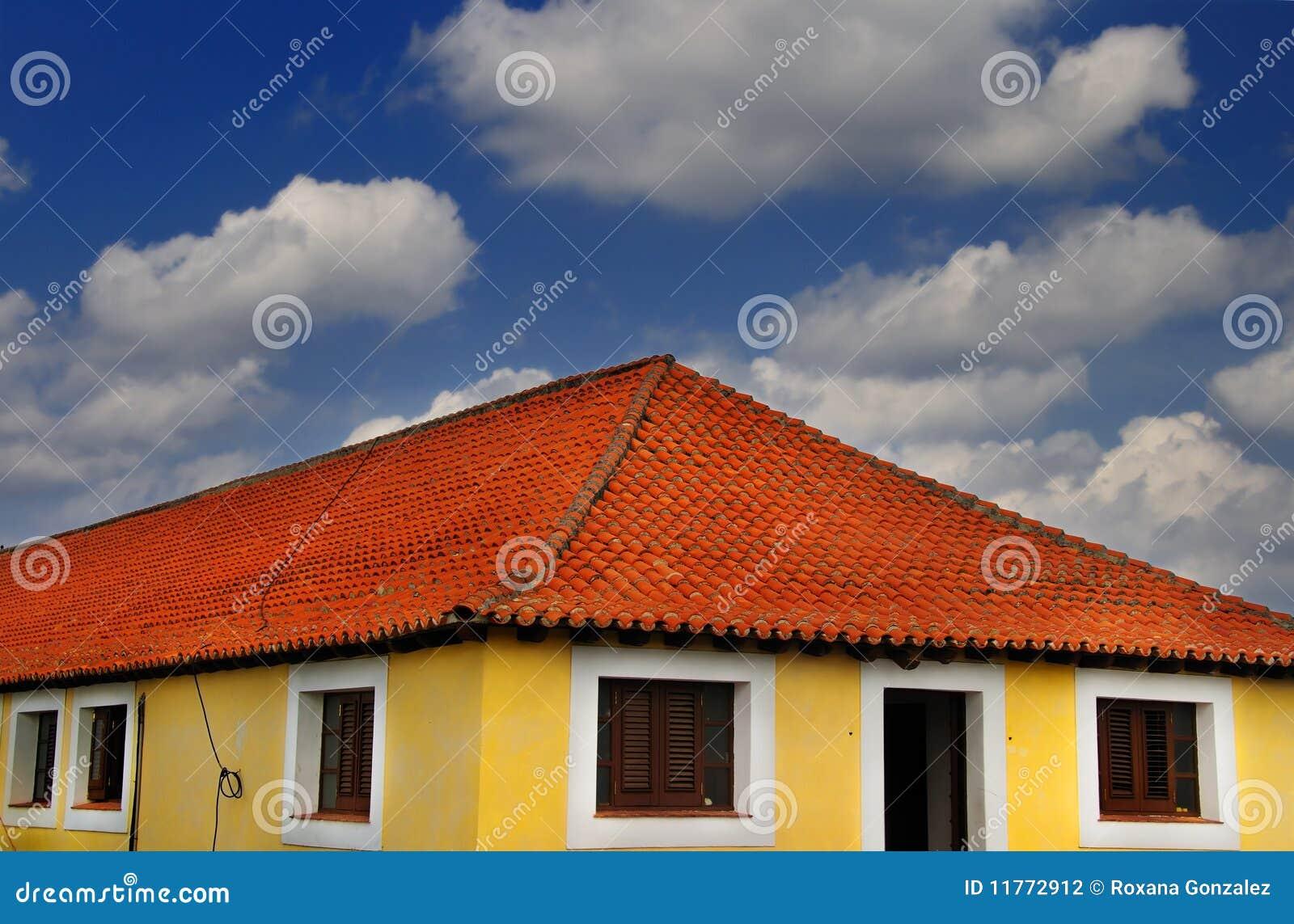 Maison Tropicale Sous Le Ciel Bleu Photographie Stock