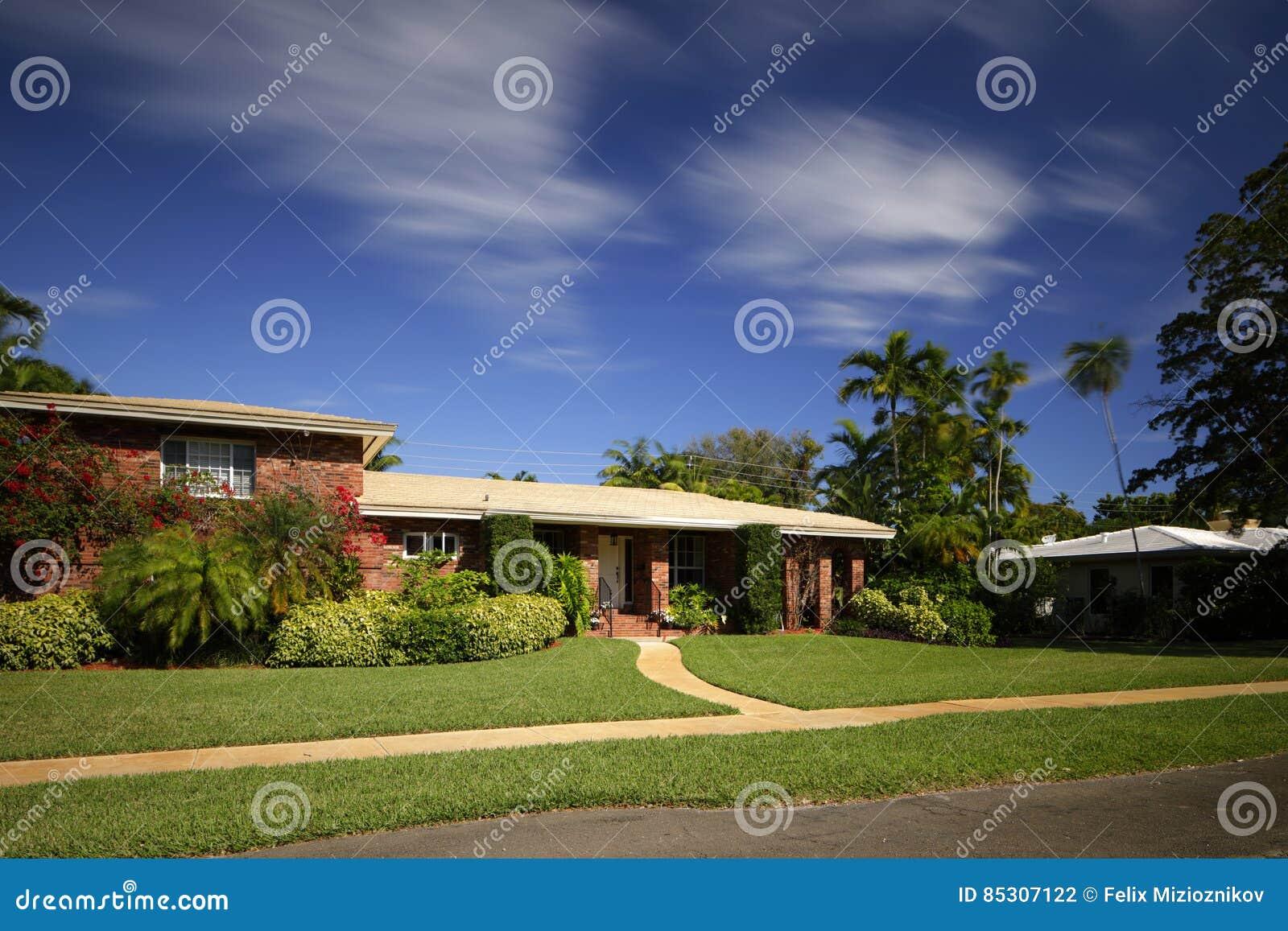 maison 1950 unifamiliale de style du s en floride photo stock image 85307122. Black Bedroom Furniture Sets. Home Design Ideas