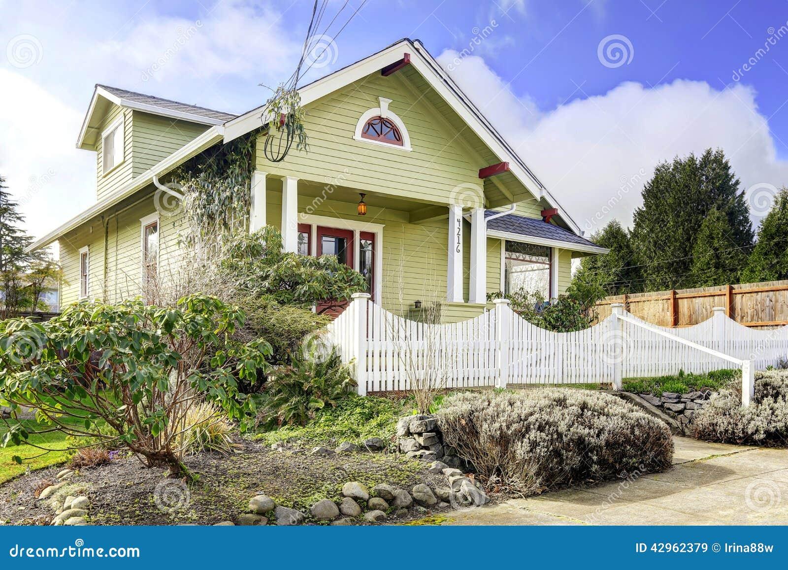 Maison vert clair ext rieure avec le porche de colonne et for Maison avec porche