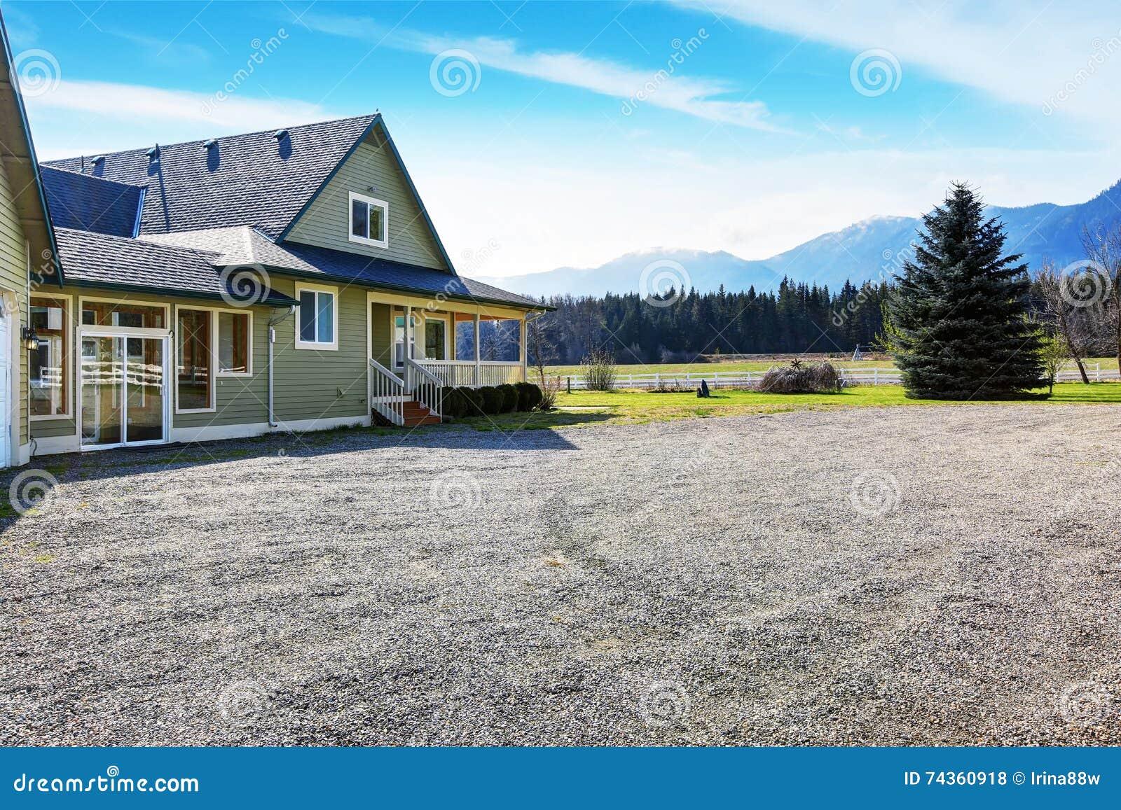 Cour Gravier en ce qui concerne maison verte d'arrière cour avec le porche allée de gravier photo