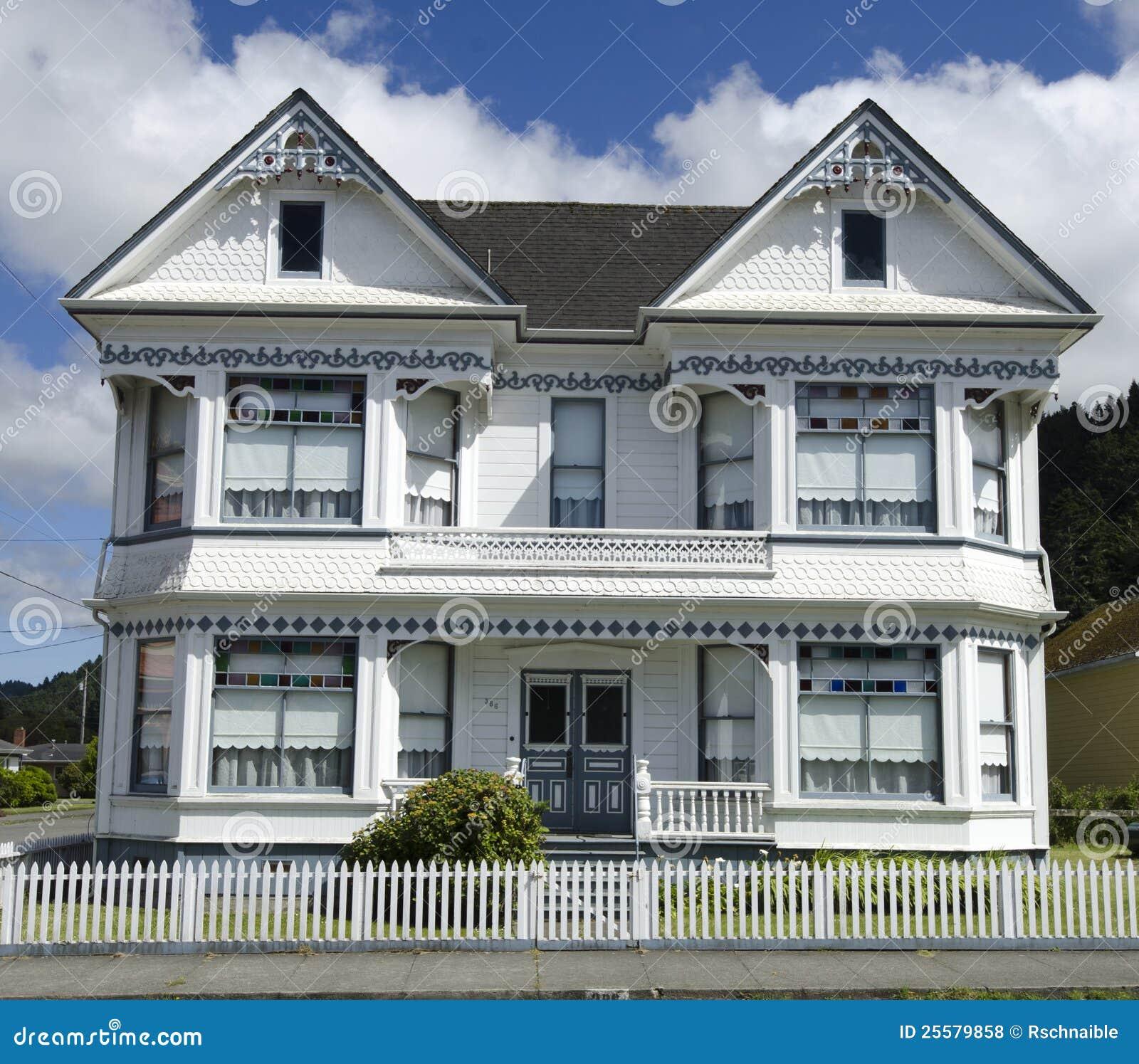 Maison victorienne blanche sous le ciel nuageux bleu for Decoration maison victorienne