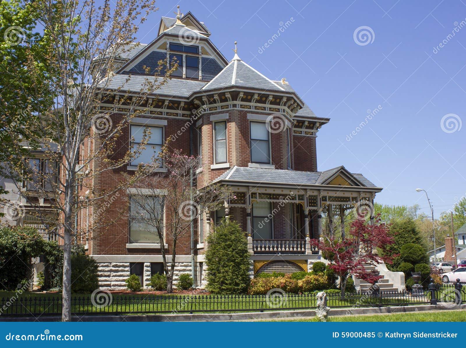 maison victorienne de brique image stock image du manicured construction 59000485. Black Bedroom Furniture Sets. Home Design Ideas