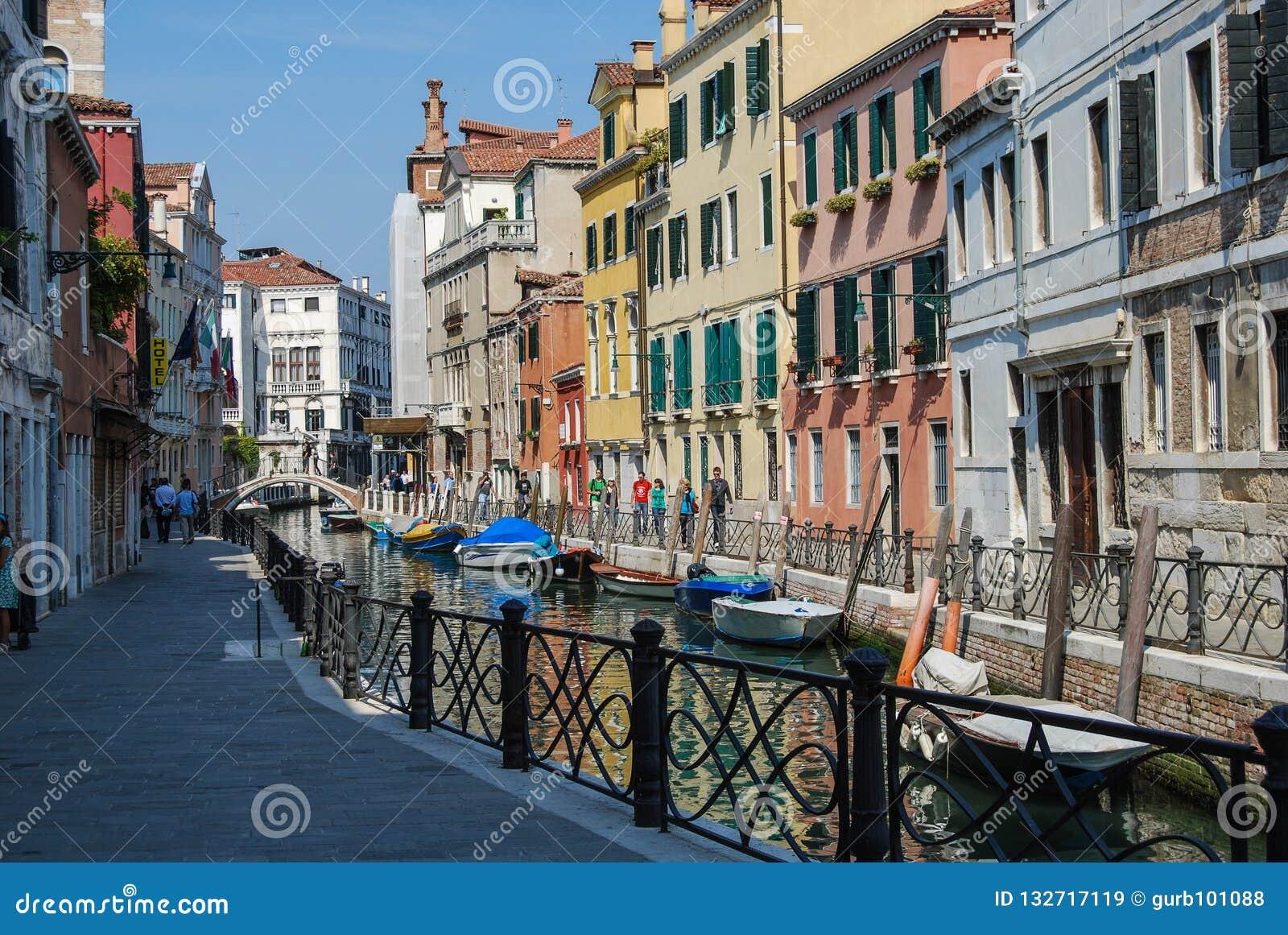 Maisons antiques, une rue de canal à Venise, Italie