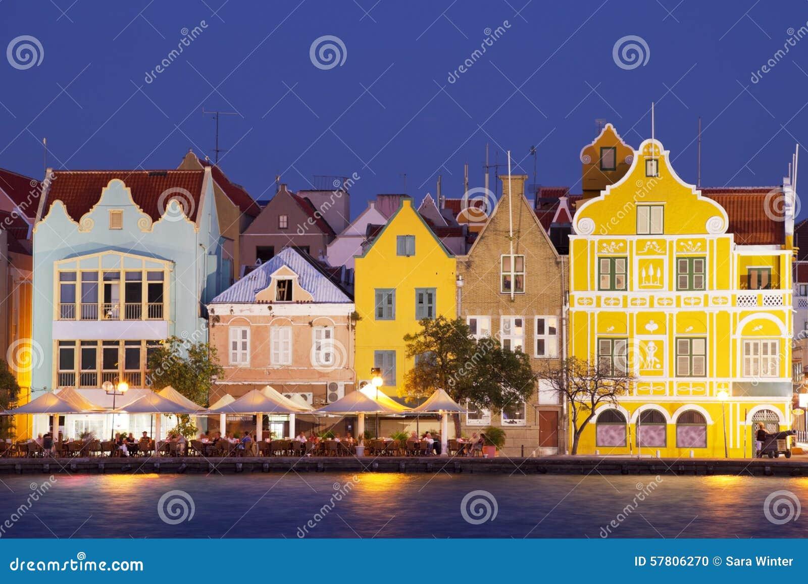 Maisons colorées de Willemstad, Curaçao la nuit