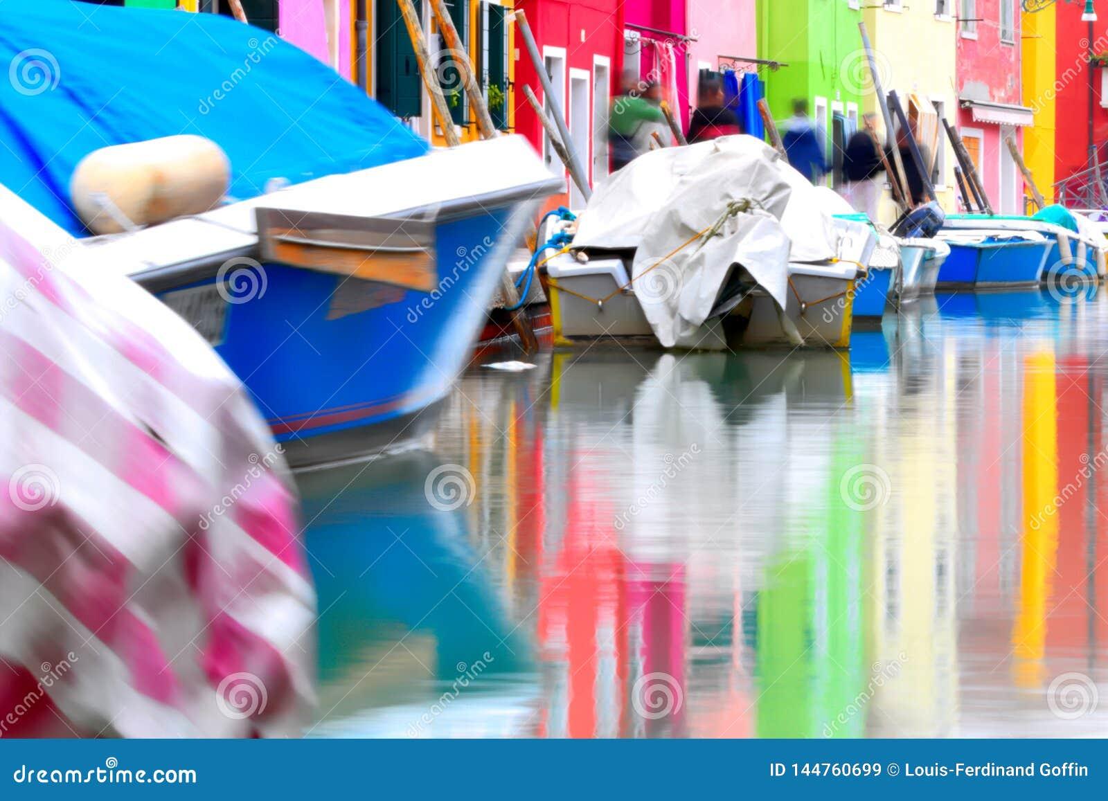 Maisons colorées se reflétant dans l eau chez Burano, à Venise Laguna, l Italie