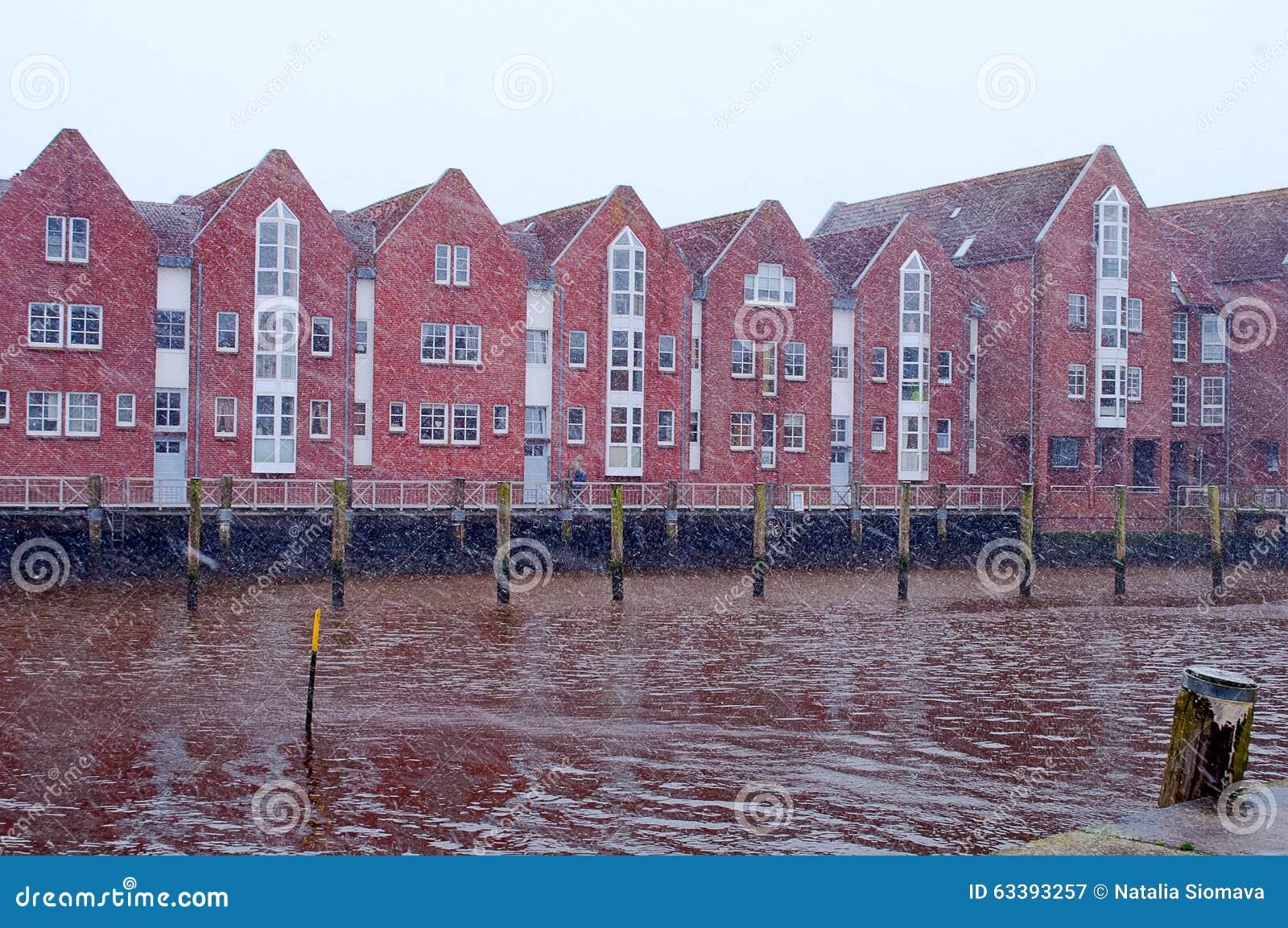 Maisons de brique rouge sur une rive la mer du nord husum for B b maison du nord