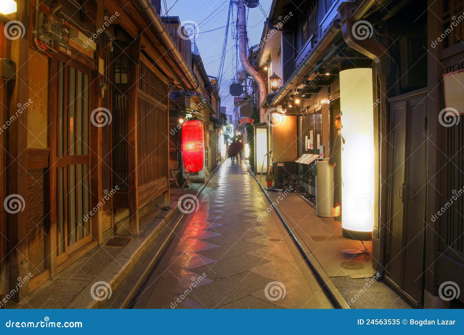 maisons de geisha sur la ruelle de pontocho kyoto japon