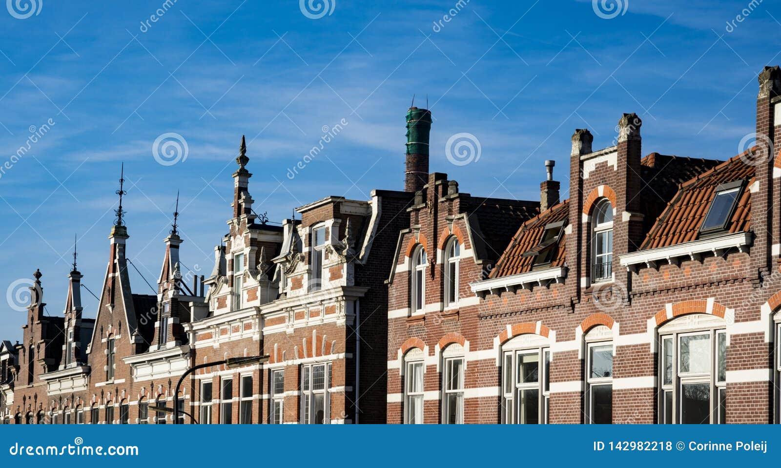 Maisons de pignon de rangée dans la rue Kromhout, dans Dordrecht, les Pays-Bas