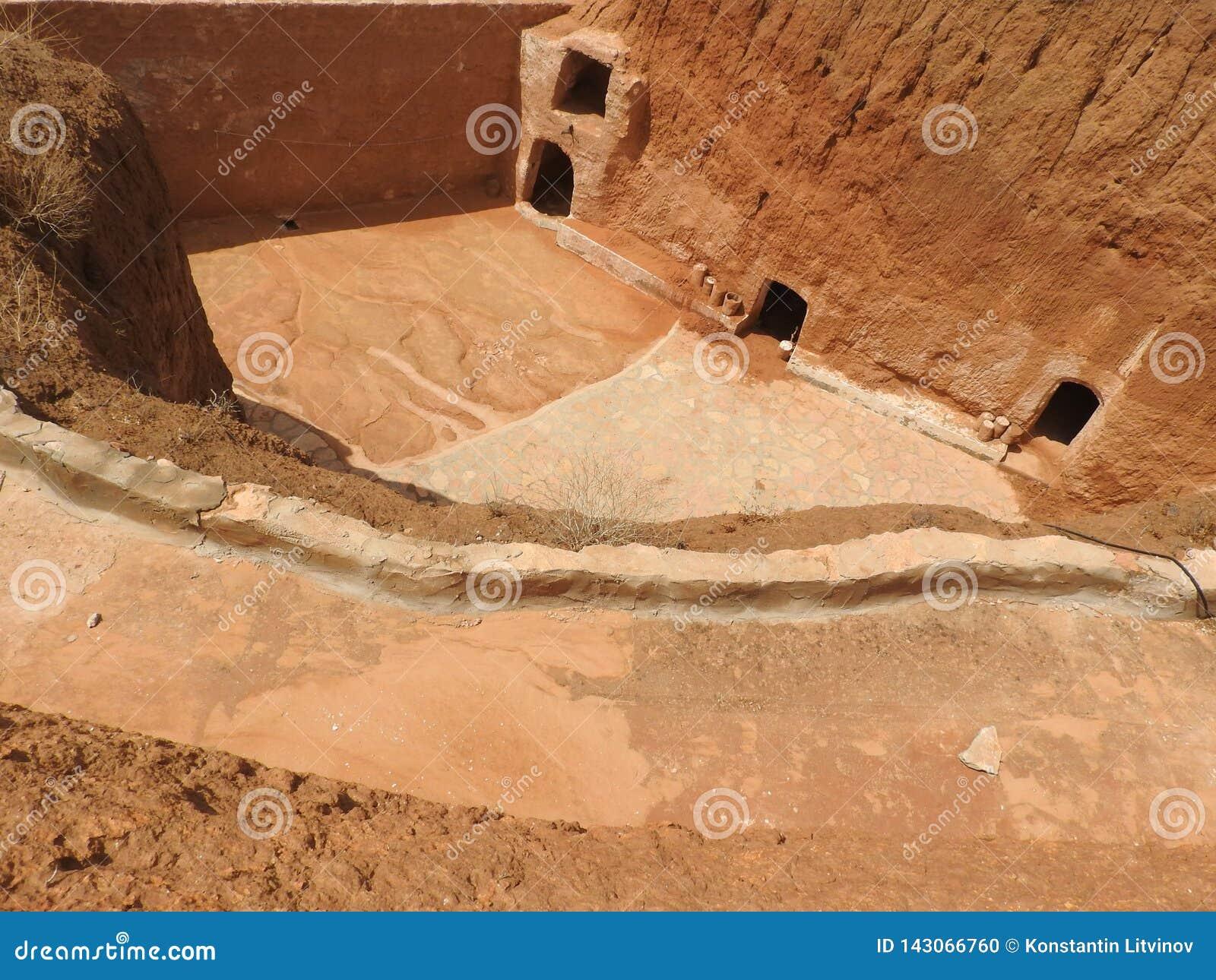 Maisons de troglodyte et cavernes souterraines des Berbers dans Sidi Driss, Matmata, Tunisie, Afrique, un temps clair