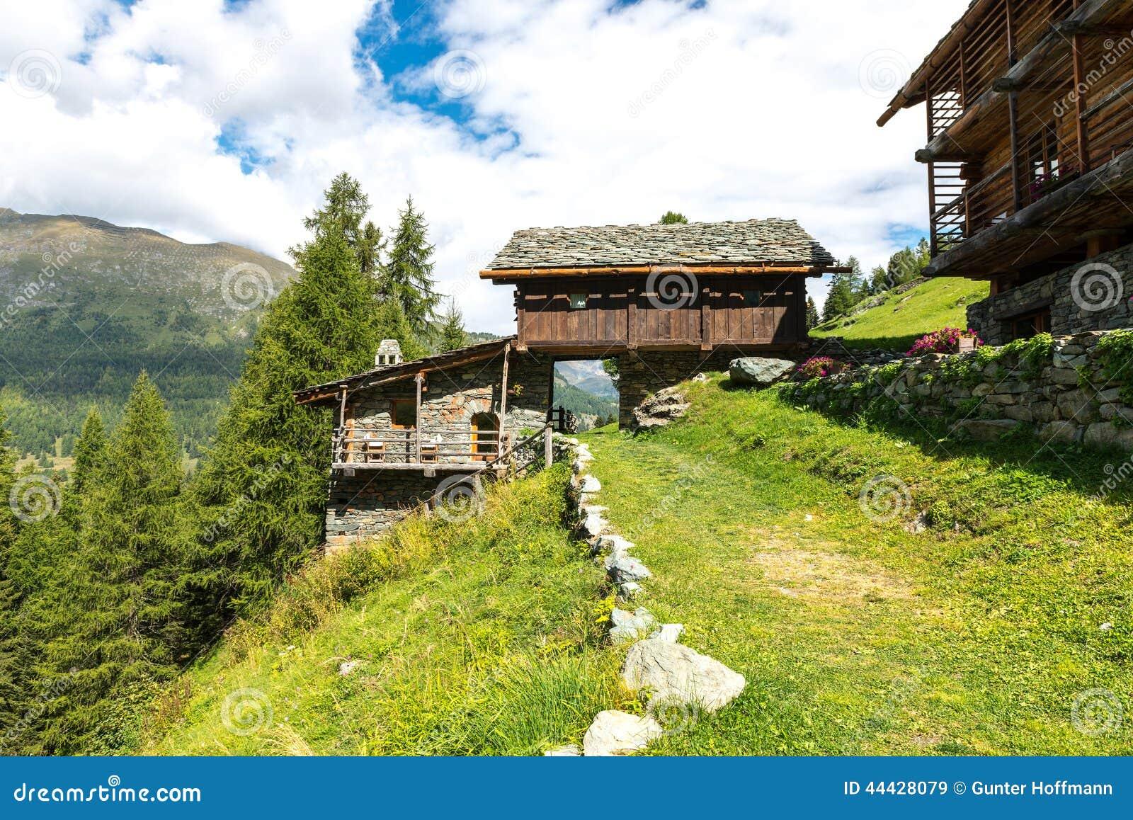 Maisons de walser dans mascognaz italie photo stock for Dans italien