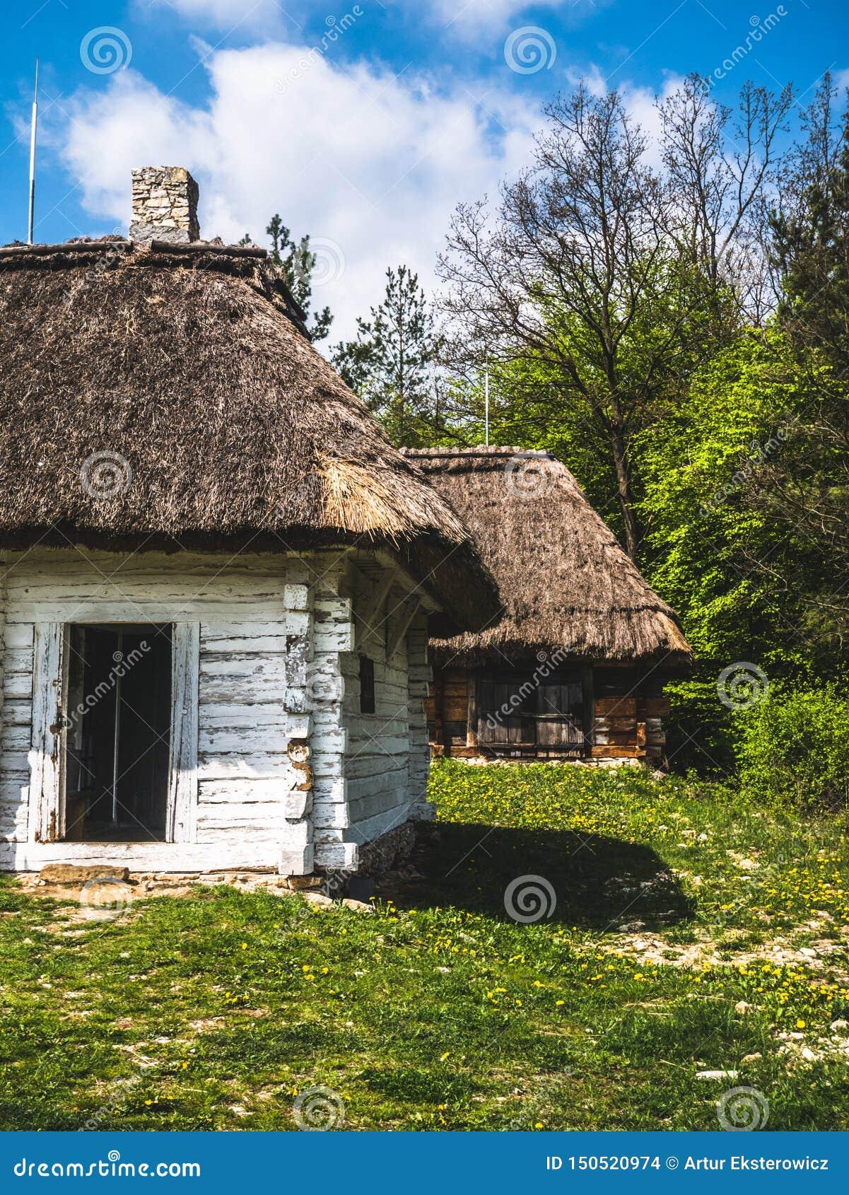 Maisons en bois abandonnées dans la campagne