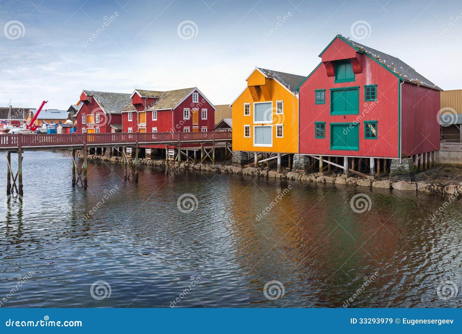 Maisons en bois dans le village norv gien c tier image for Les maisons en bois
