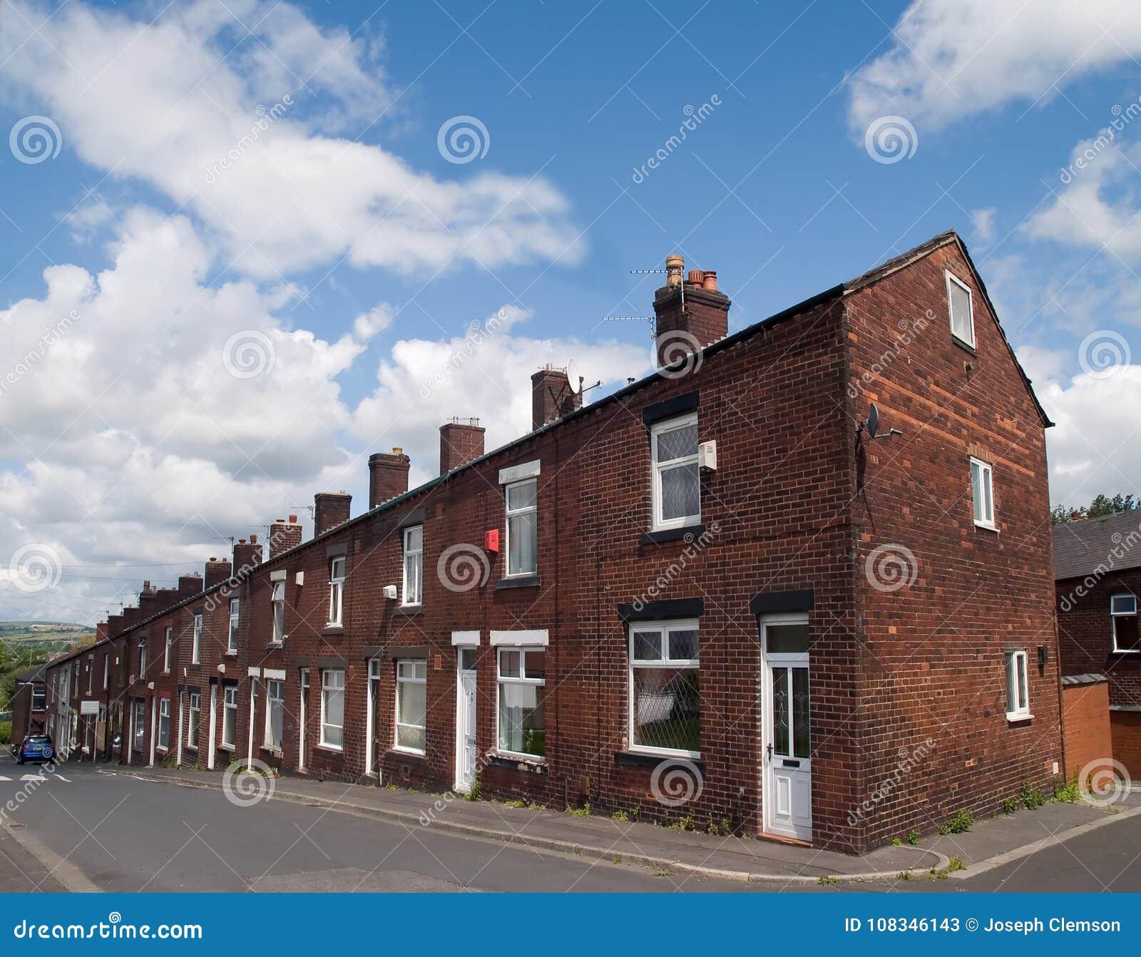 Maisons en terrasse sur une colline de ville de Lancashire
