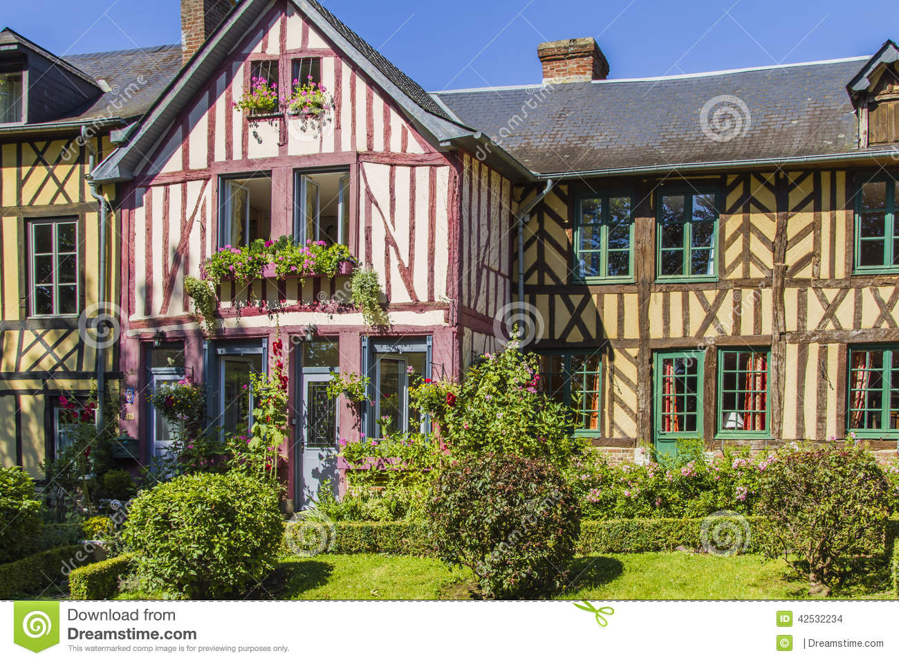 Maisons normandes photo stock image 42532234 for Photos de maisons