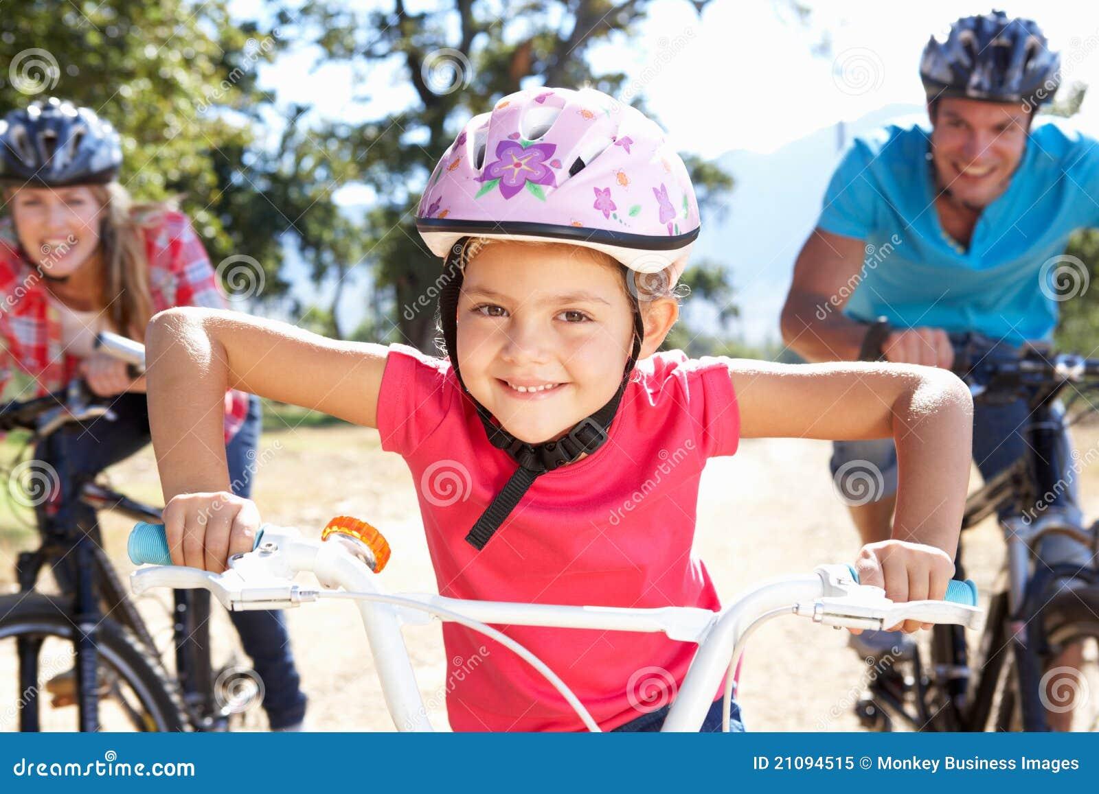 Mają zabawę rodzinni jeździeccy rowery