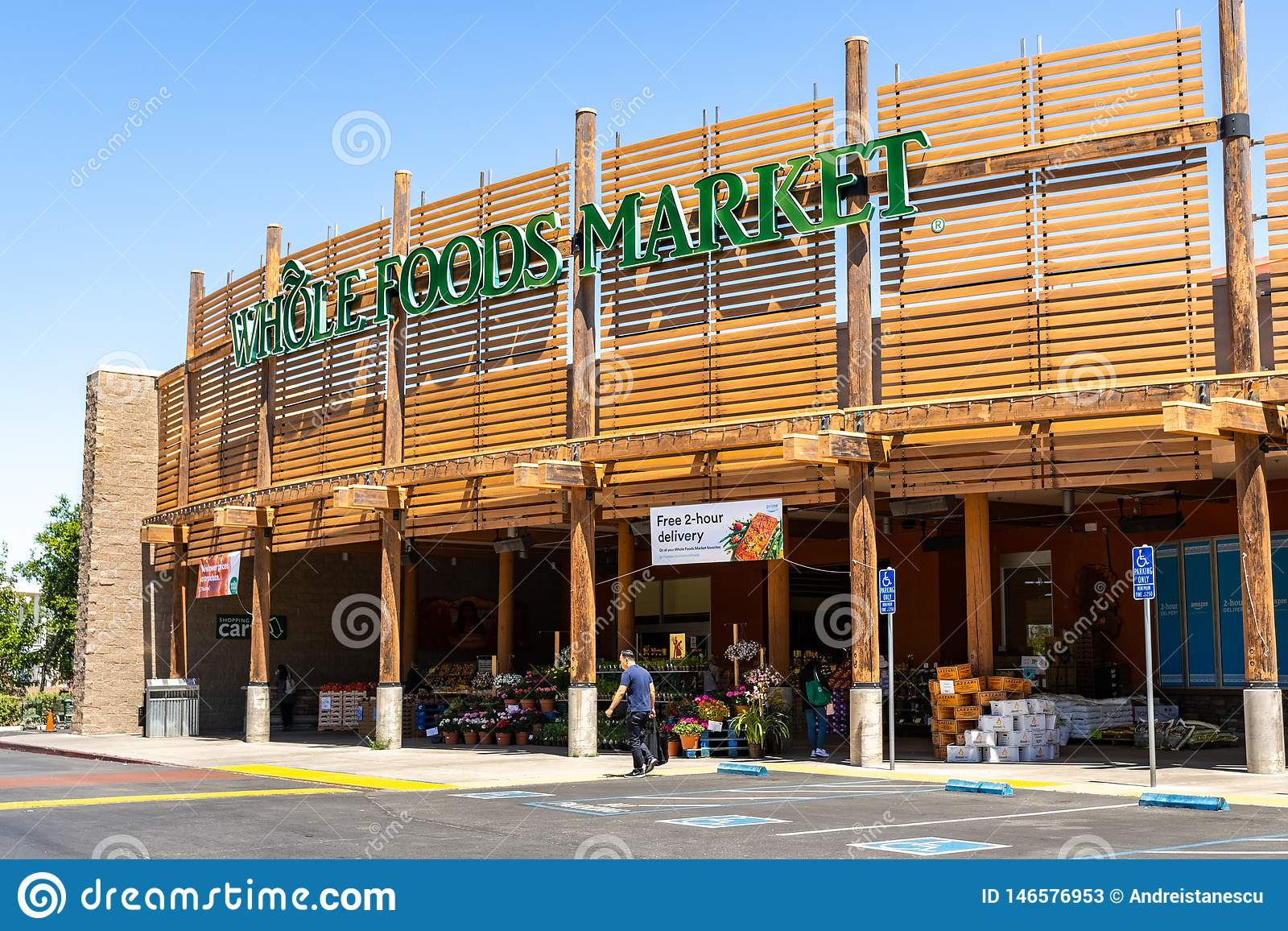 Maj 2, 2019 Cupertino/CA/USA - Whole Foods marknadslager som lokaliseras i södra San Francisco Bay område