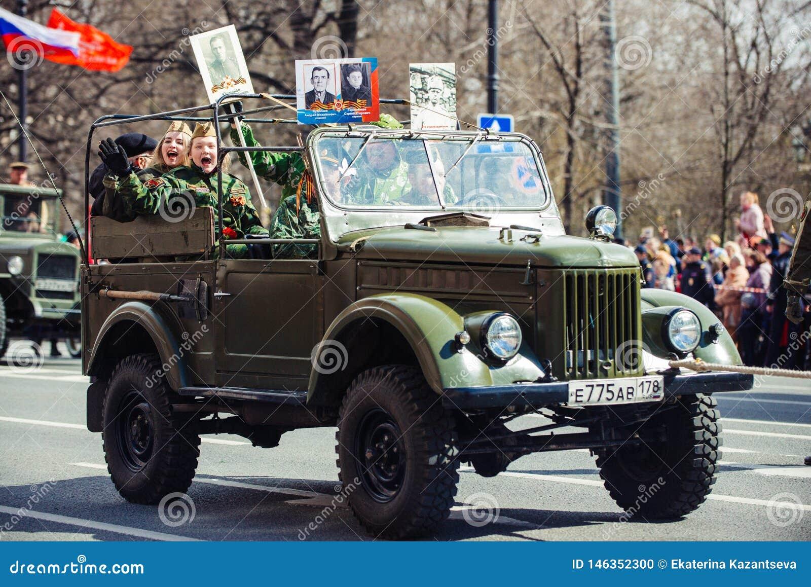 Maj 9, 2017, Nevsky perspektywa, St Petersburg, Rosja Wakacje może 9, pojazdu wojskowego przejażdżki na ulicach miasto podczas