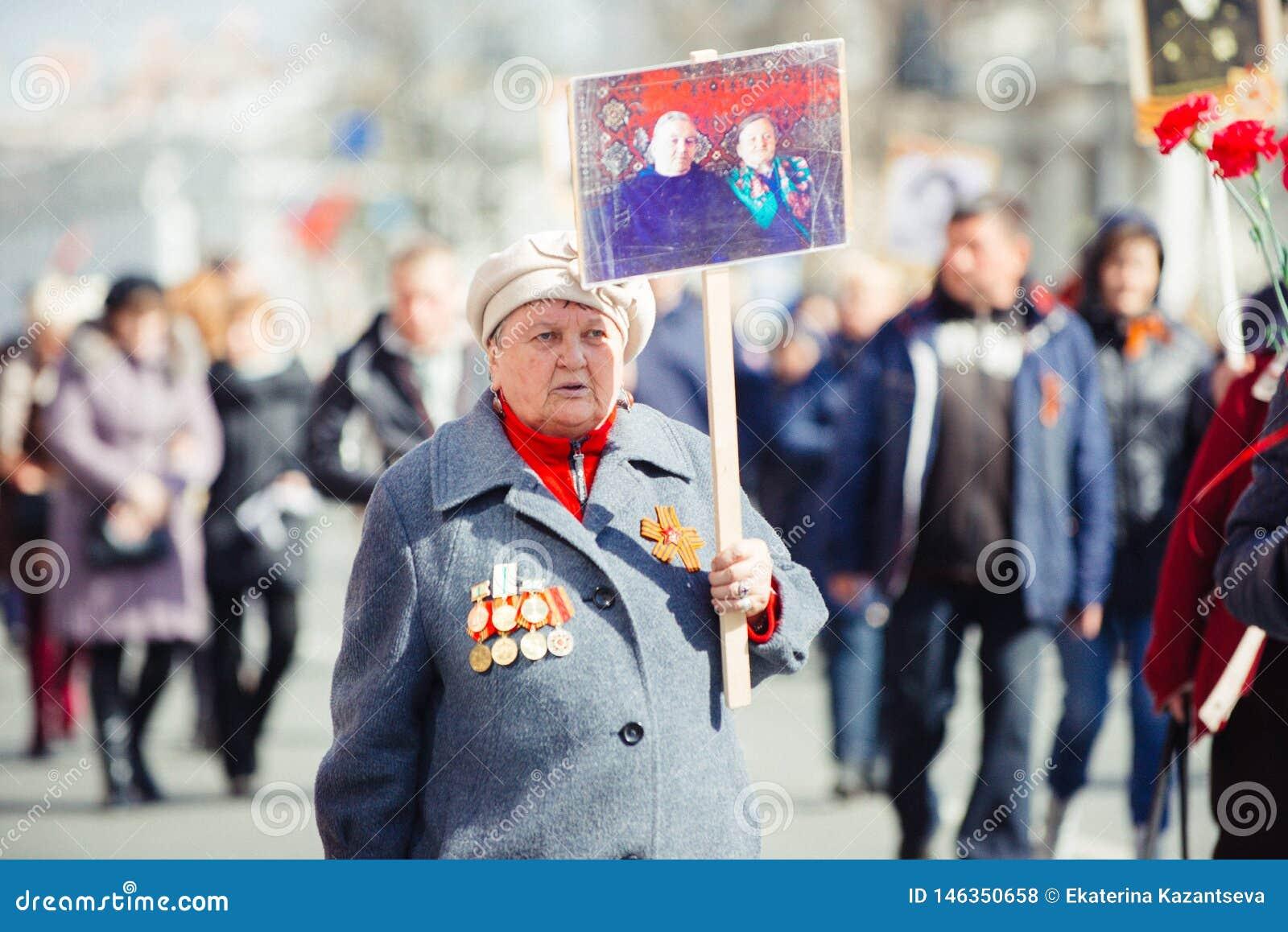 Maj 9, 2017, Nevsky utsikt, St Petersburg, Ryssland Ferien kan på 9, en äldre kvinna bär ett tecken av handlingen av