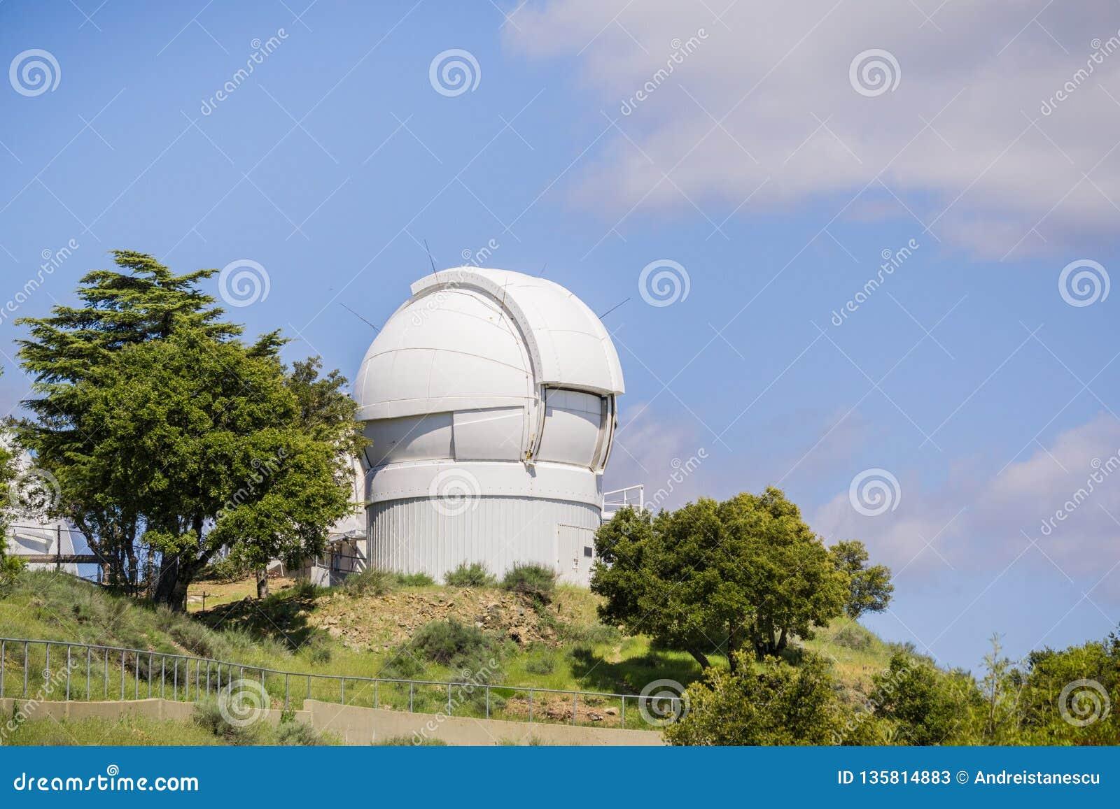 Maj 7, 2017 San Jose/CA/USA - Automatyzujący planety celownicy teleskop na górze Mt Hamilton, San Jose, San Francisco zatoki tere