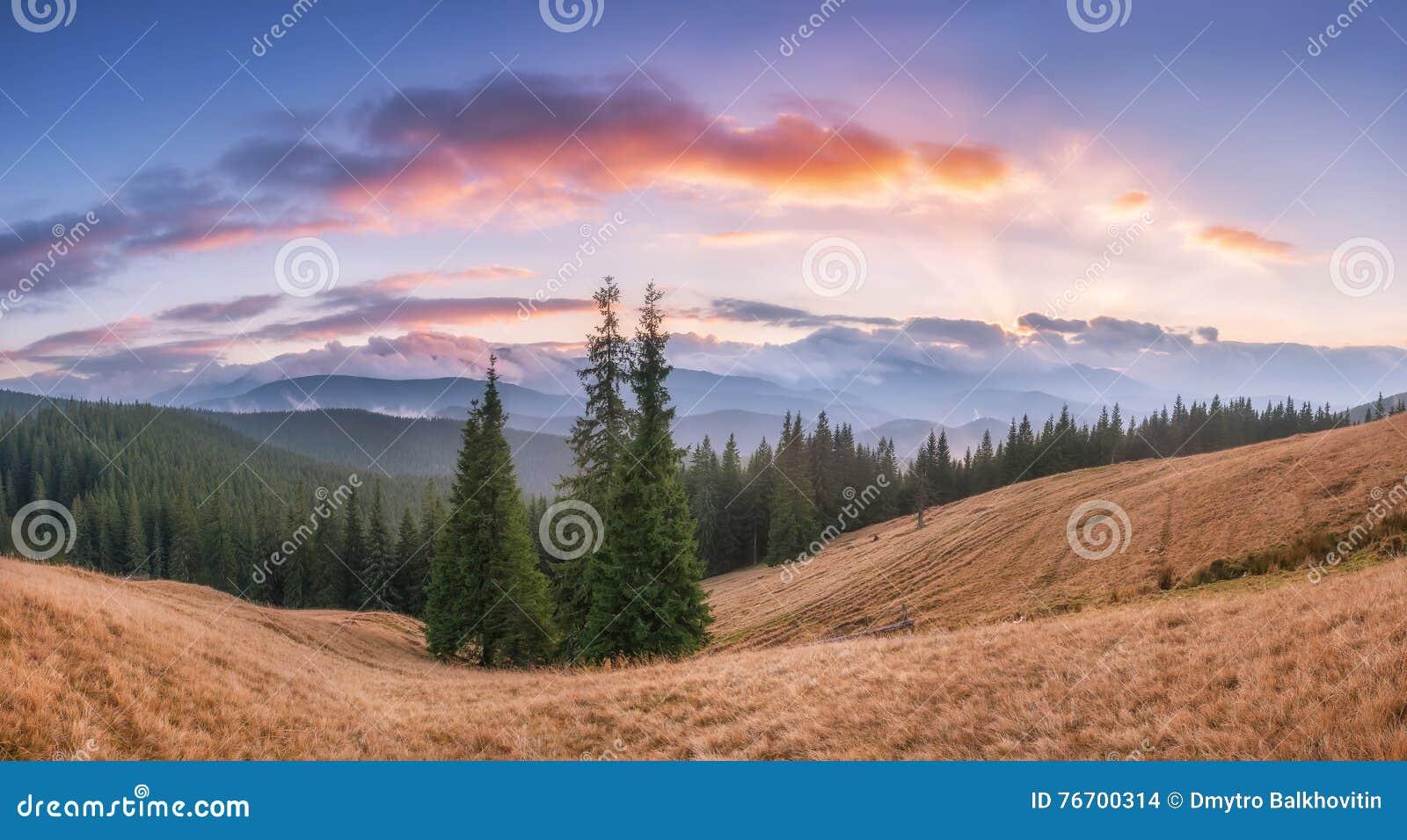 Majestätisk solnedgång över berget