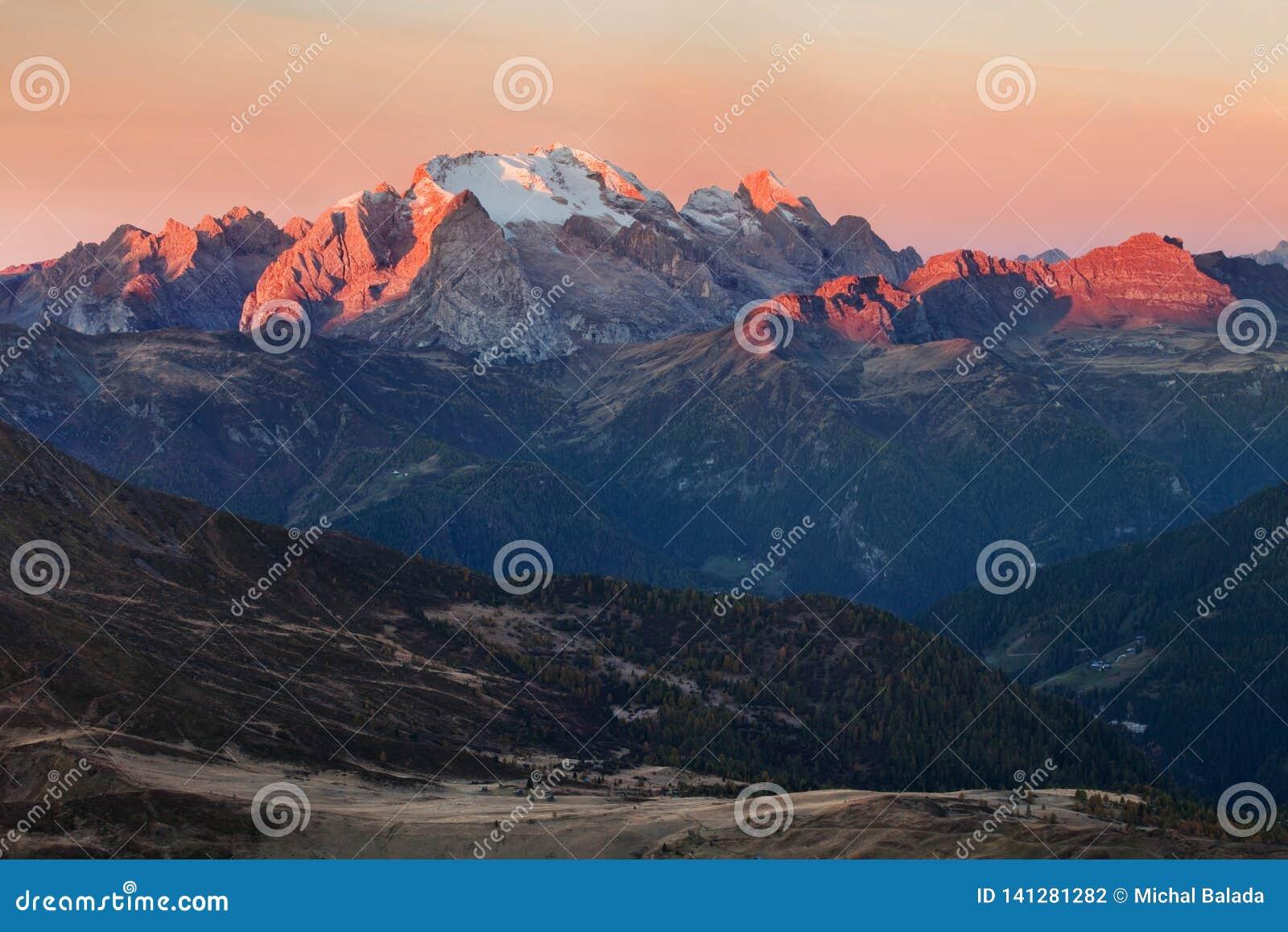 Majestätiskt landskap med det berömda Dolomitesbergmaximumet av Marmolada i bakgrund i Dolomites, Italien Europa Bedöva naturen