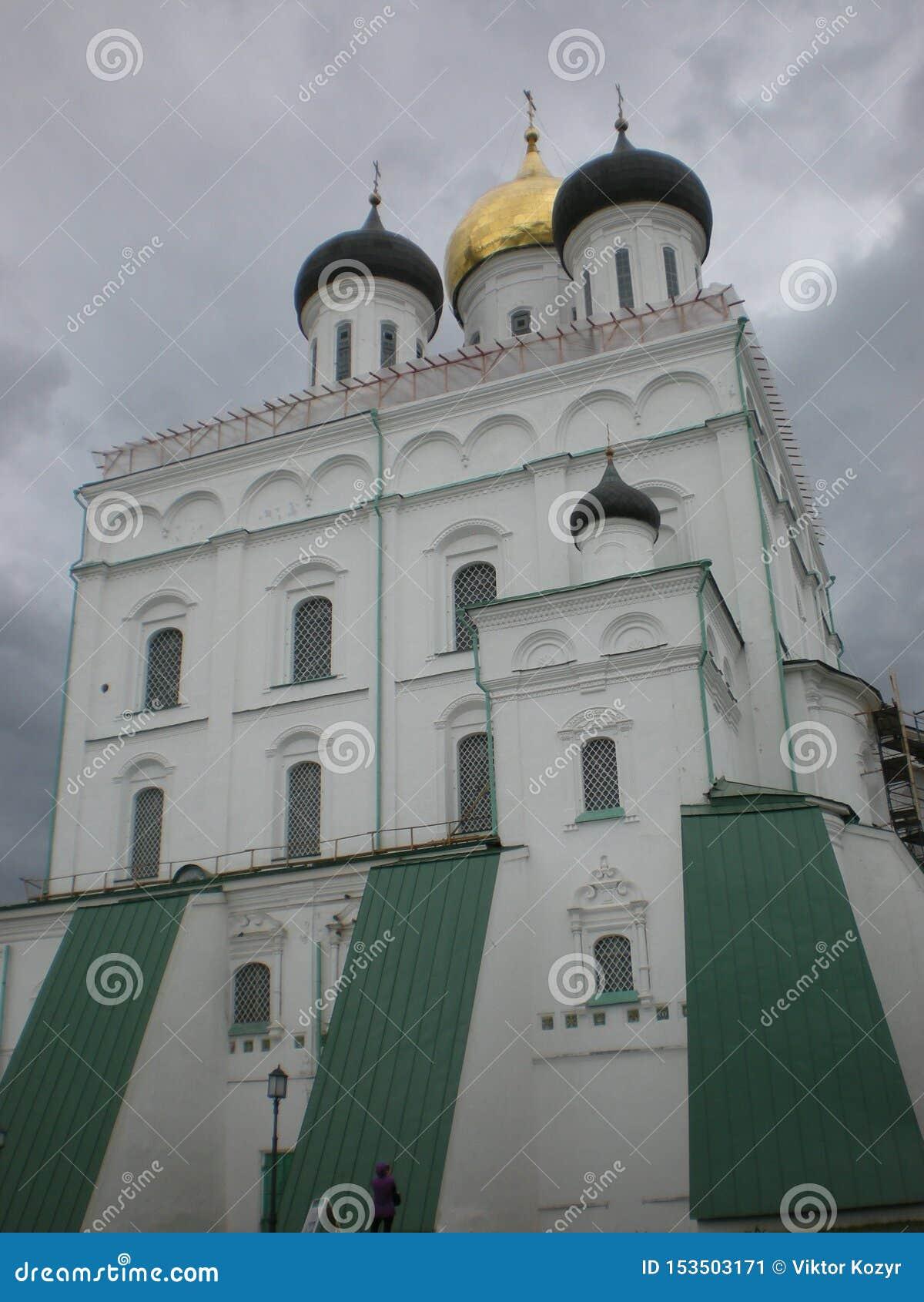 Majestatyczna antyczna świątynia na tle szary niebo, koronującym z złotem