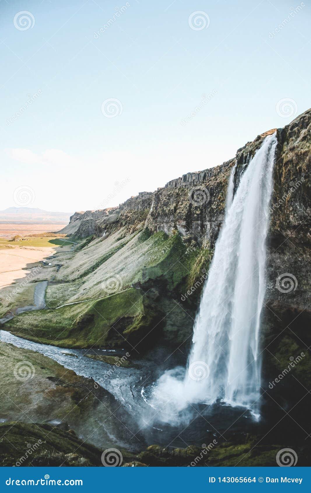 Majestatyczny boczny widok Islandzka siklawa