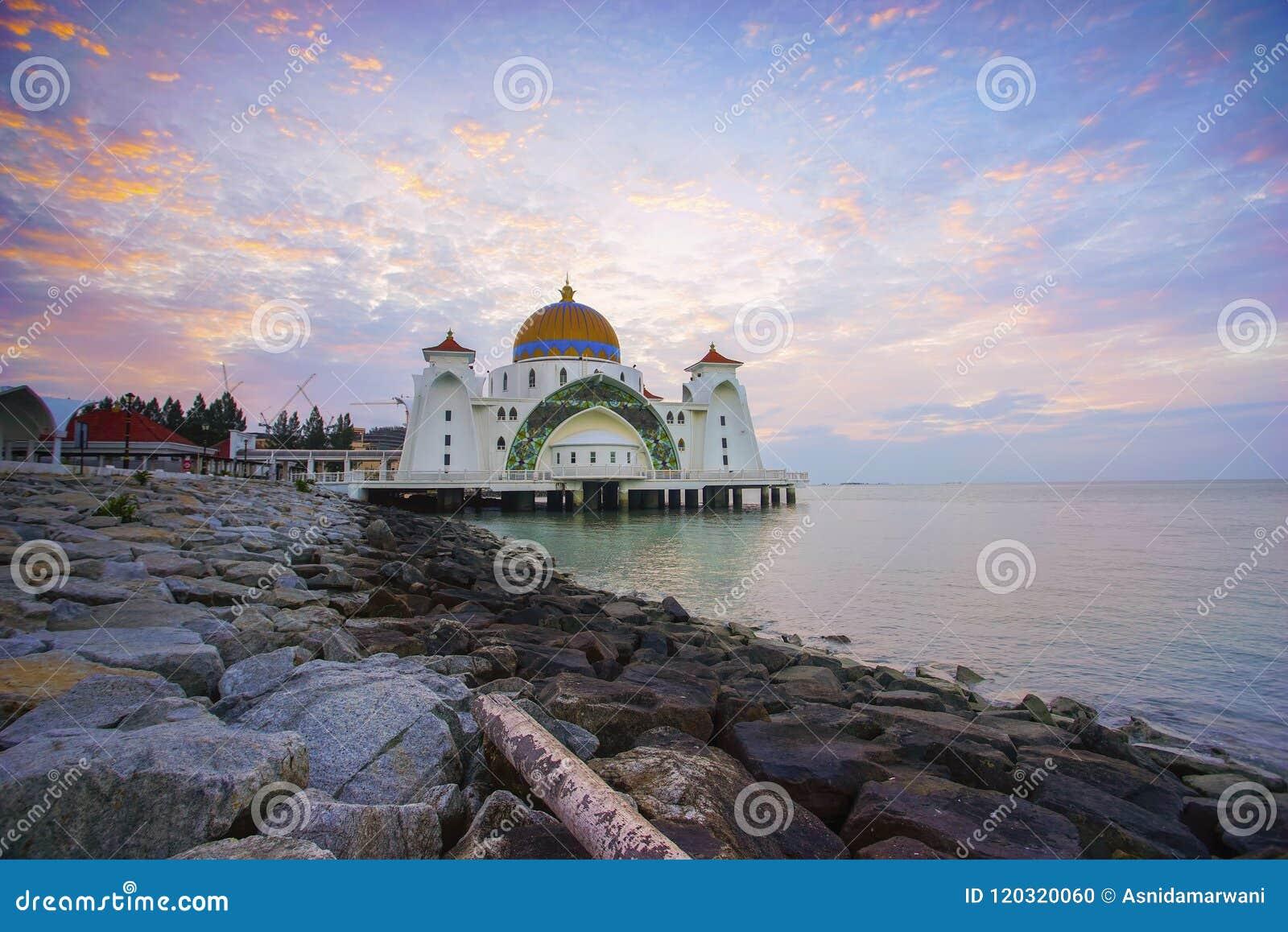 Majestatyczny widok Malacca cieśniny Meczetowe podczas zmierzchu