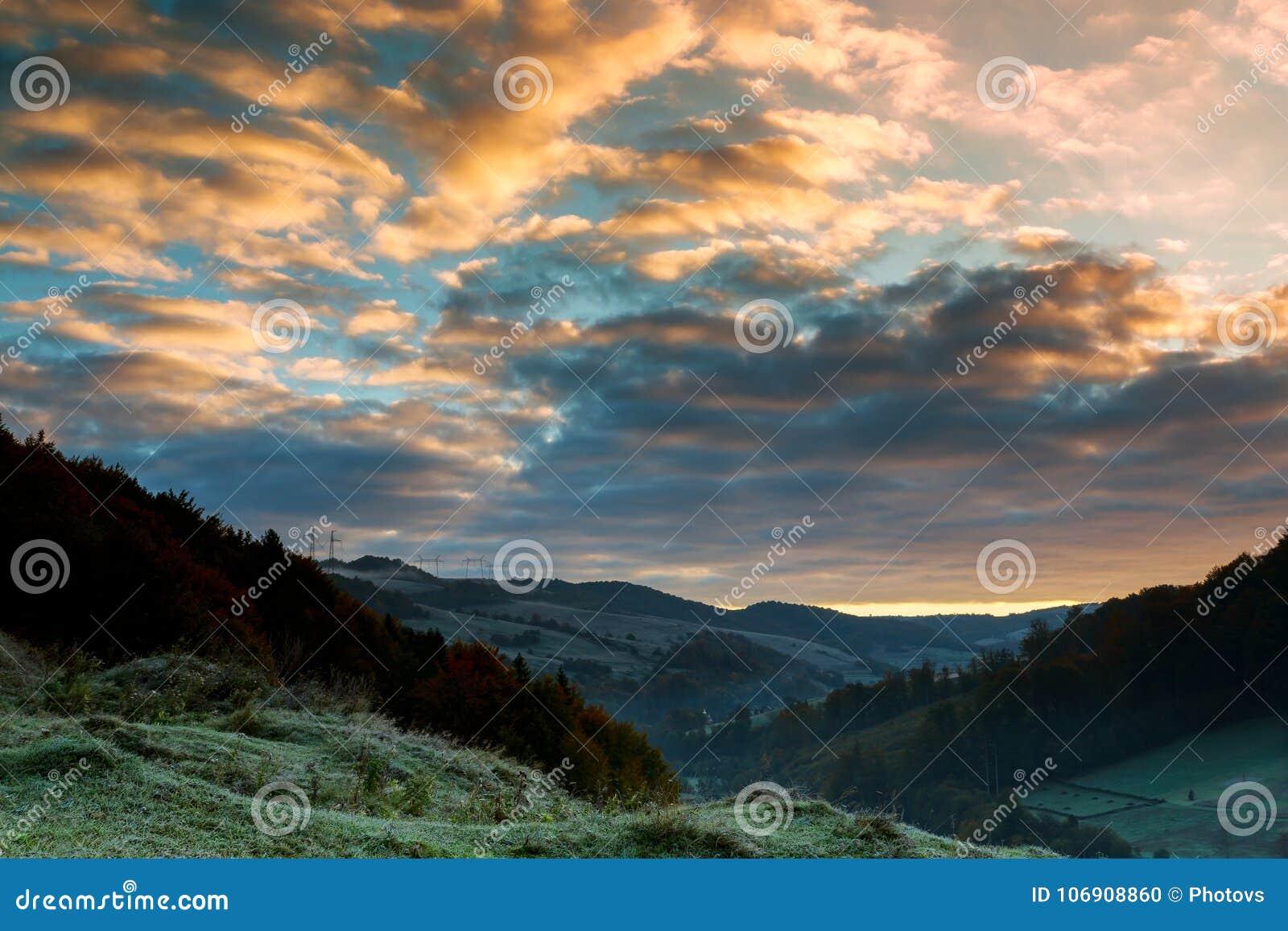Majestatyczny wschód słońca góry kształtują teren Piękny jesień ranek na widoku punkcie nad głęboki las