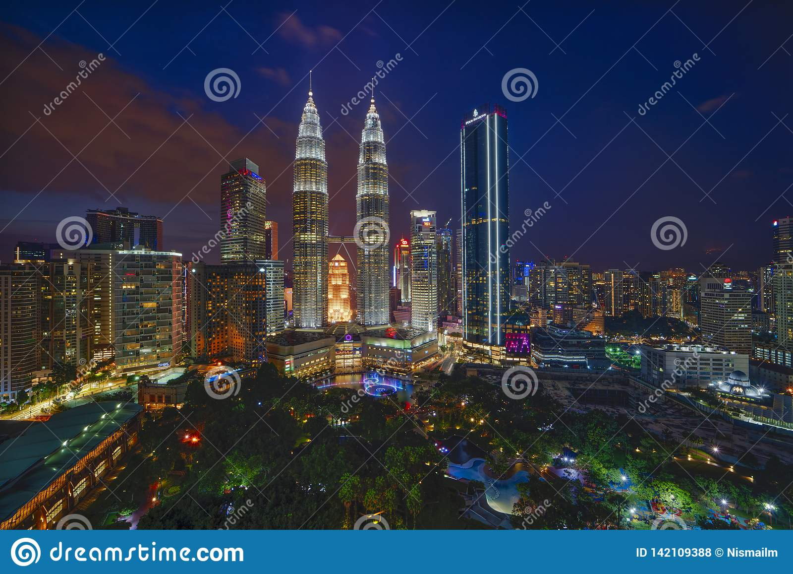 Majestueuze mening van de Tweelingtorens van Petronas tijdens blauwe uurzonsondergang met dramatische hemel Is de Petronas Tweeli