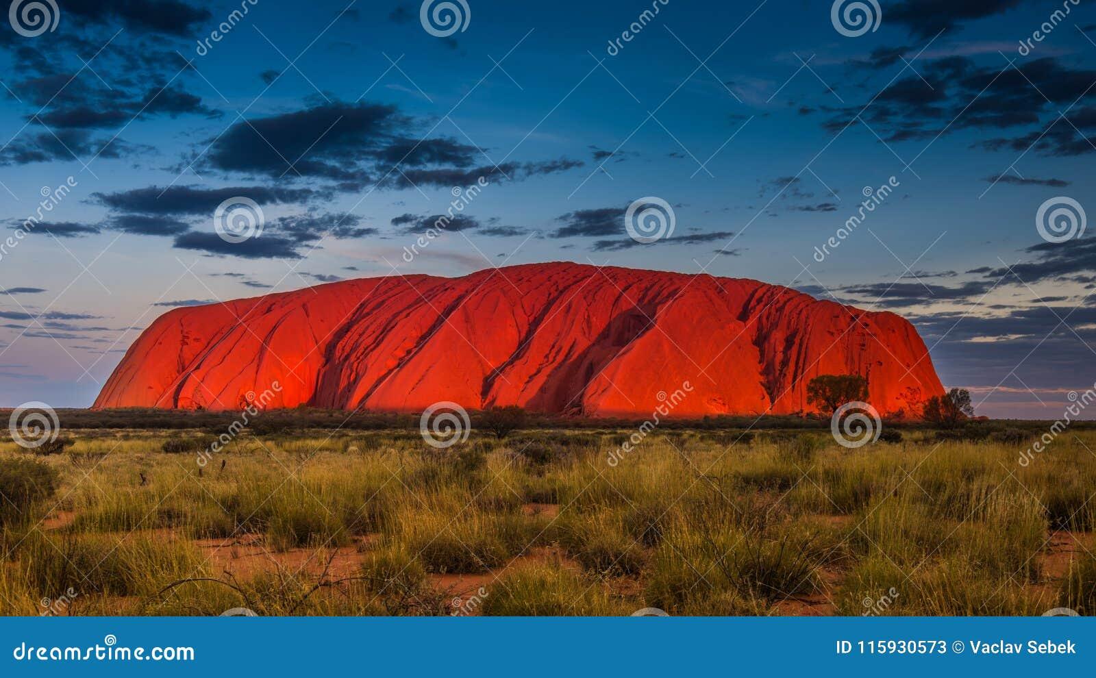 Majestueuze Uluru bij zonsondergang op een duidelijke de winter` s avond op het Noordelijke Grondgebied, Australië