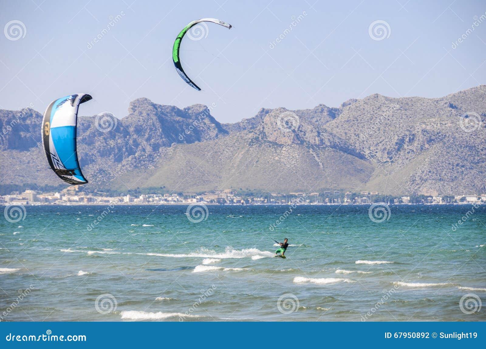 MAJORCA, ΙΣΠΑΝΙΑ - 9 ΙΟΥΛΊΟΥ 2013: Surfers που απολαμβάνει το ελεύθερο sunn τουριστών