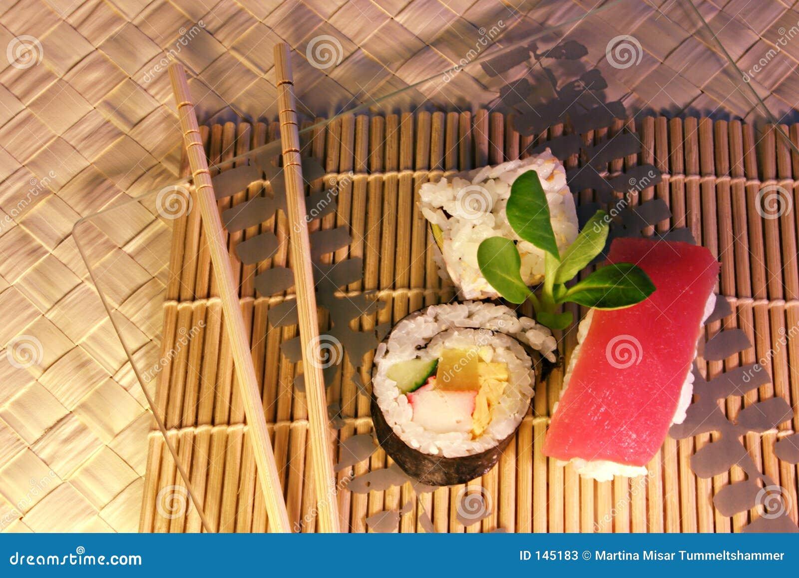 Mak jedzenie sushi