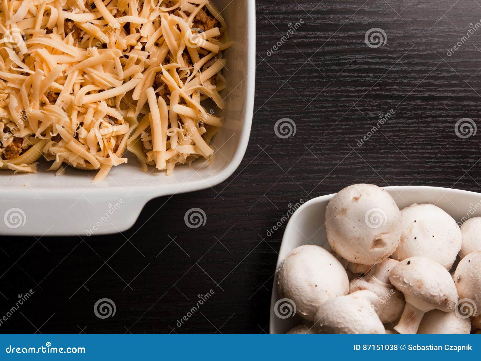 Makaron łuska conchiglioni faszerującego z mięsem