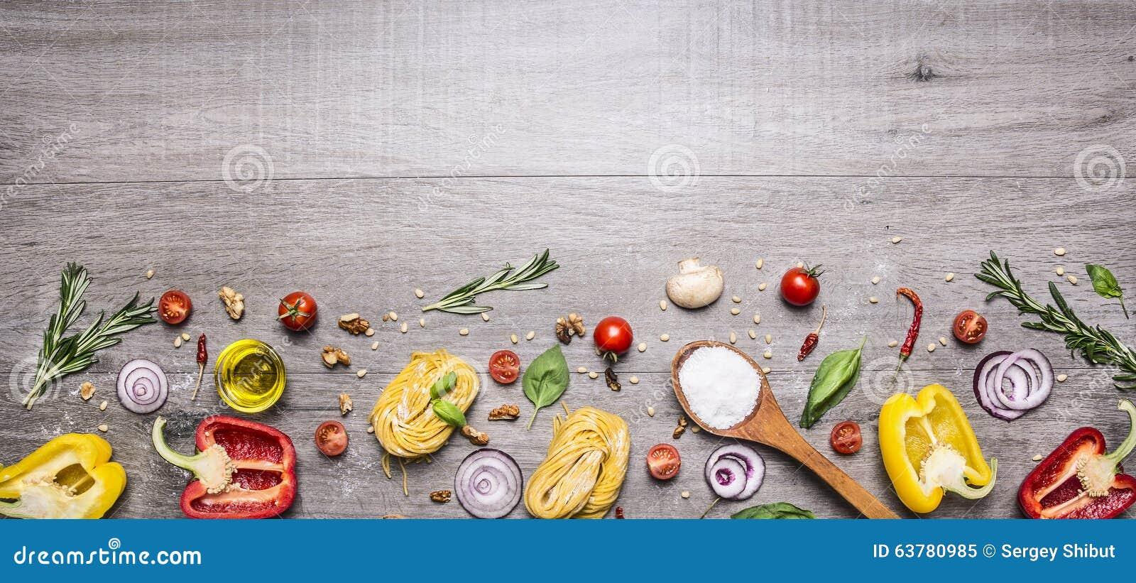 Makaron, pomidory i składniki dla gotować na nieociosanym tle, odgórny widok, granica Włoski karmowy pojęcie
