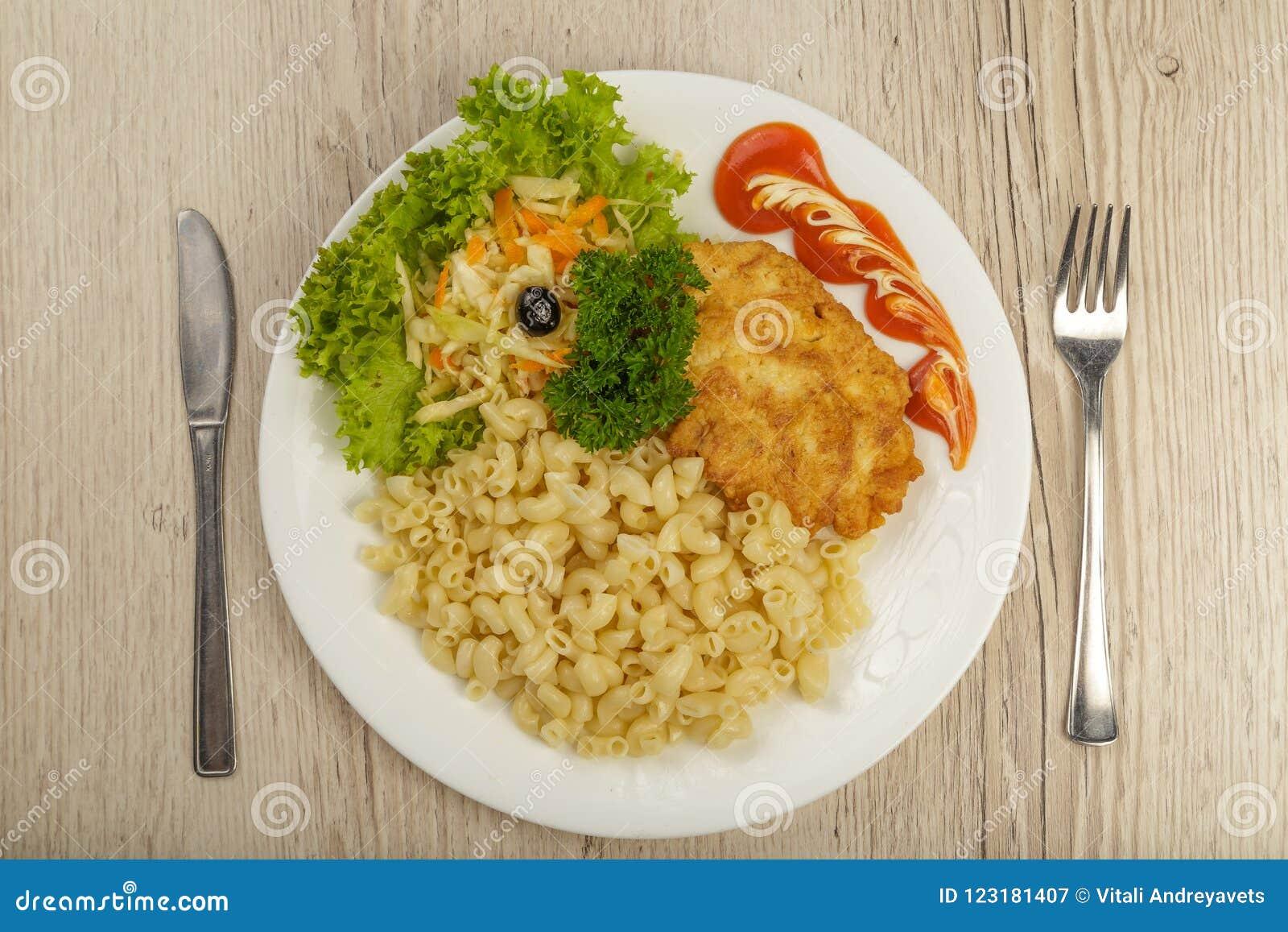 Makaron z kawałkiem piec na grillu sałatka i mięso