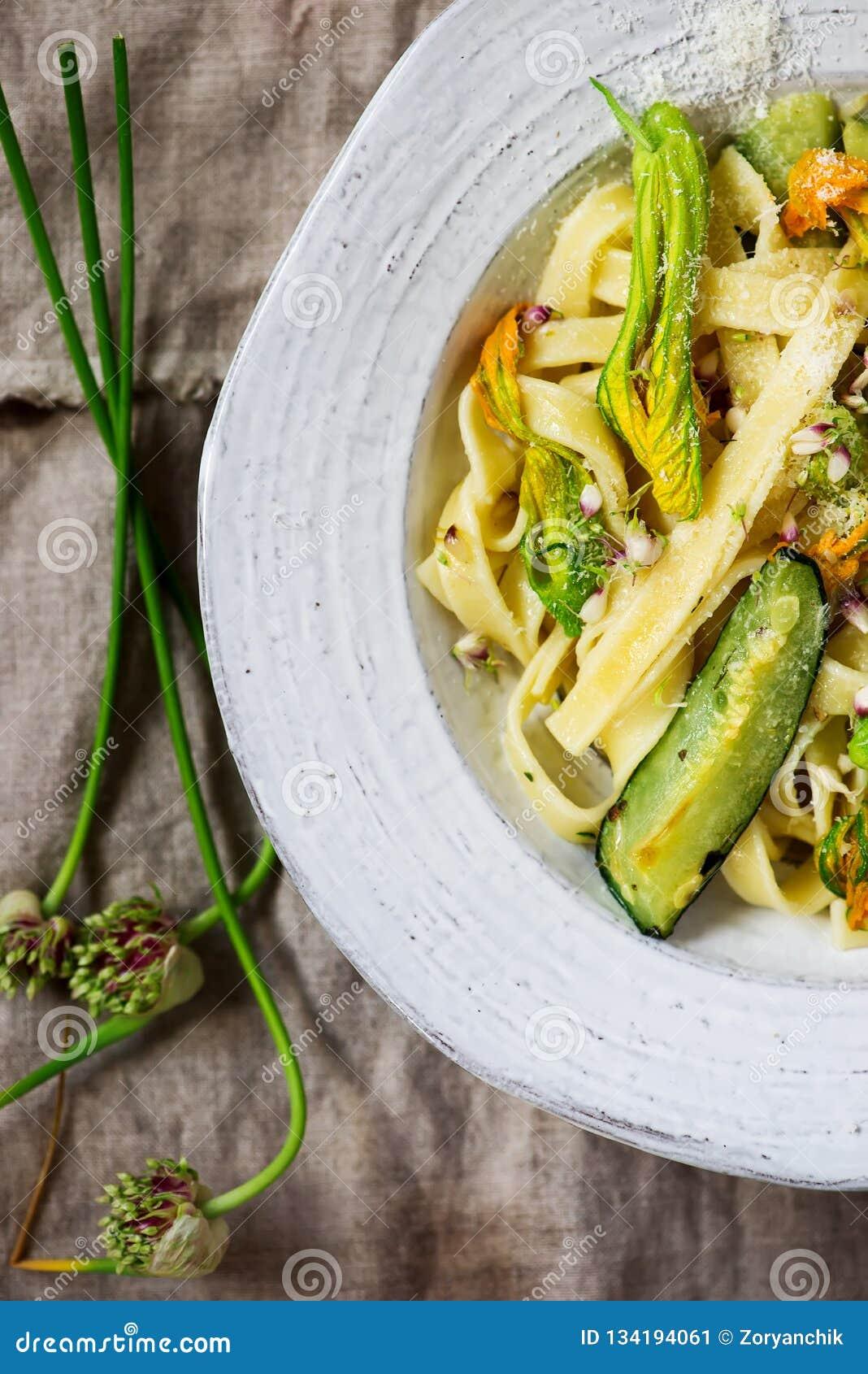 Makaronu kabaczka okwitnięć zucchini czosnku kwiaty