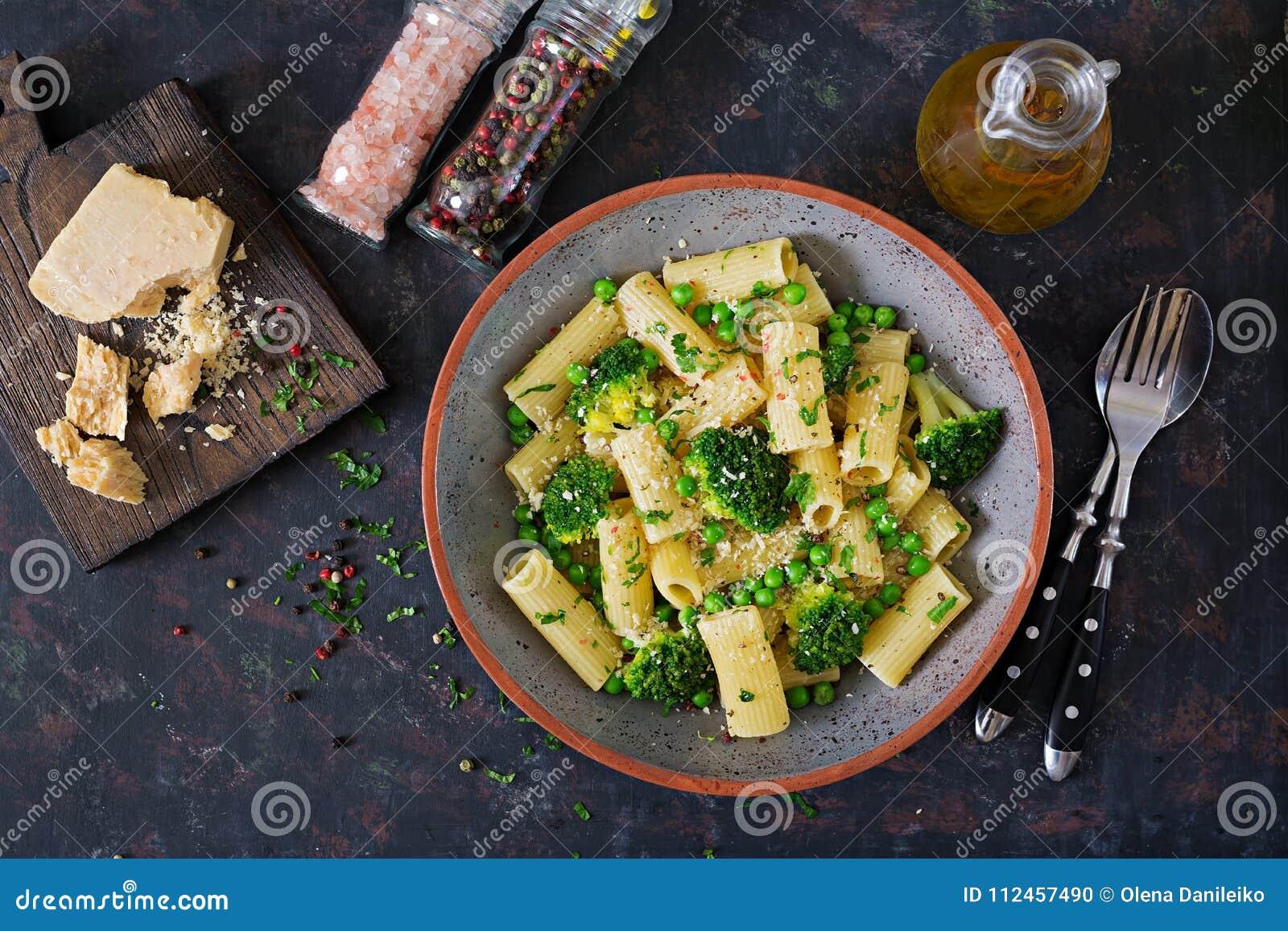 Makaronu rigatoni z brokułami i zielonymi grochami Weganinu menu żywienioniowy jedzenie Mieszkanie nieatutowy