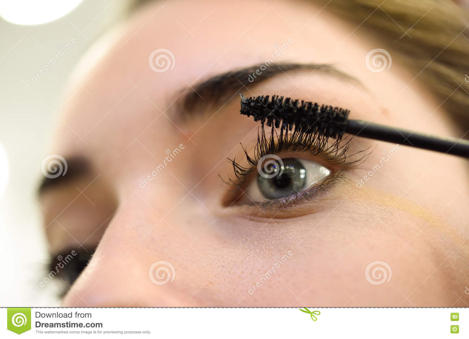 Make Up Anwenden Der Wimperntusche Lange Wimpern Und Blaue Augen