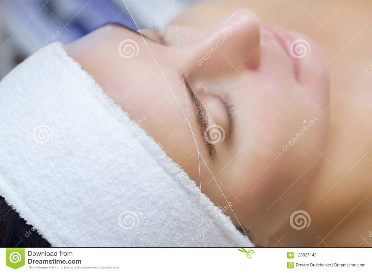 The Make Up Artist Plucks Her Eyebrows With A Thread Close Up Stock