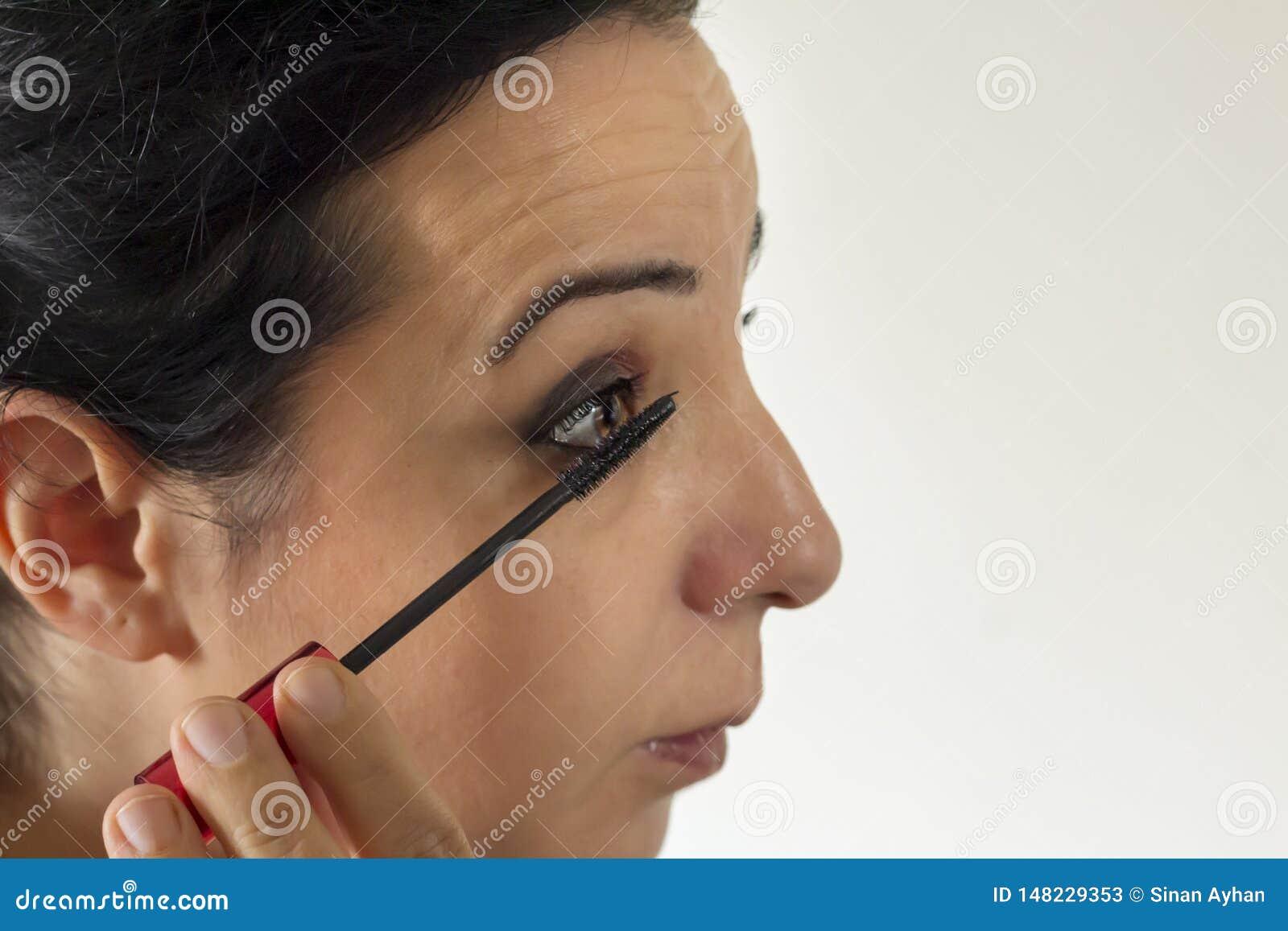 She make up with eye brush mascara