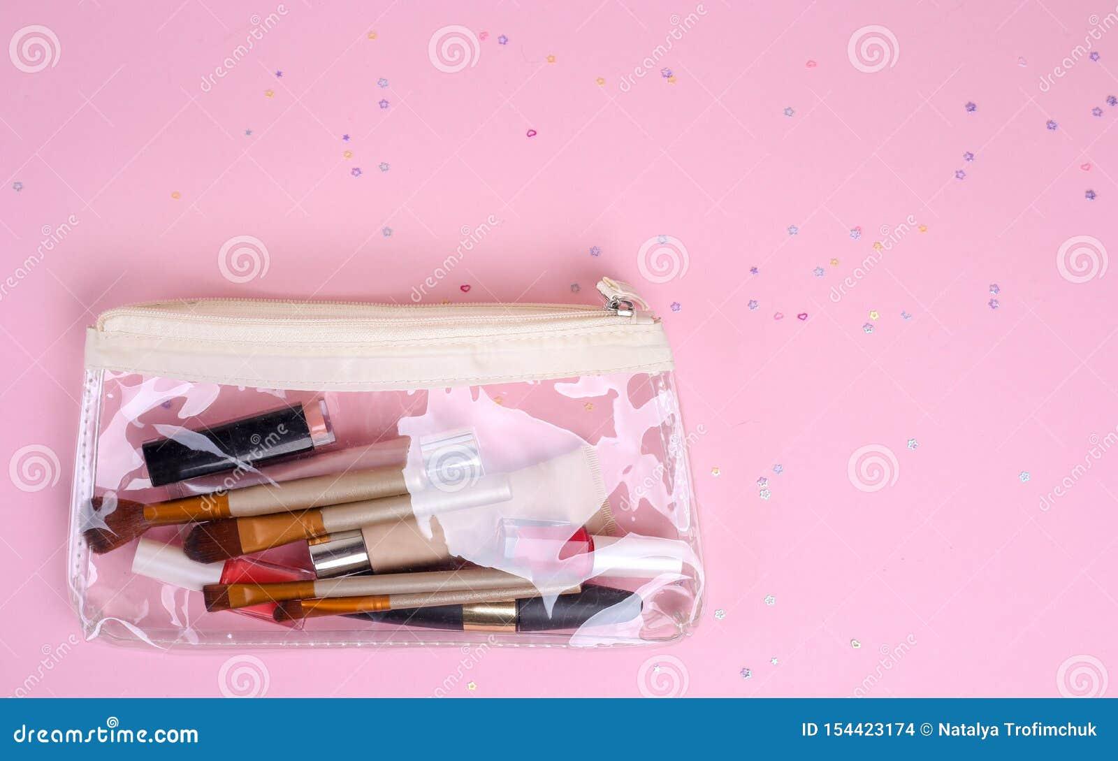 Make-up professionele schoonheidsmiddelen op roze achtergrond Hoogste mening met exemplaarruimte