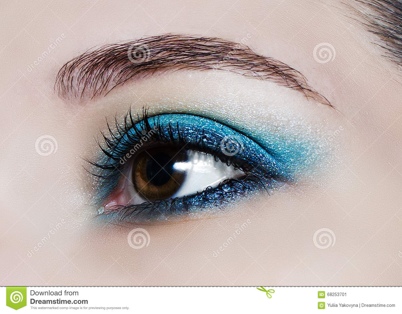 2019 year look- Trend beauty the turquoise eye